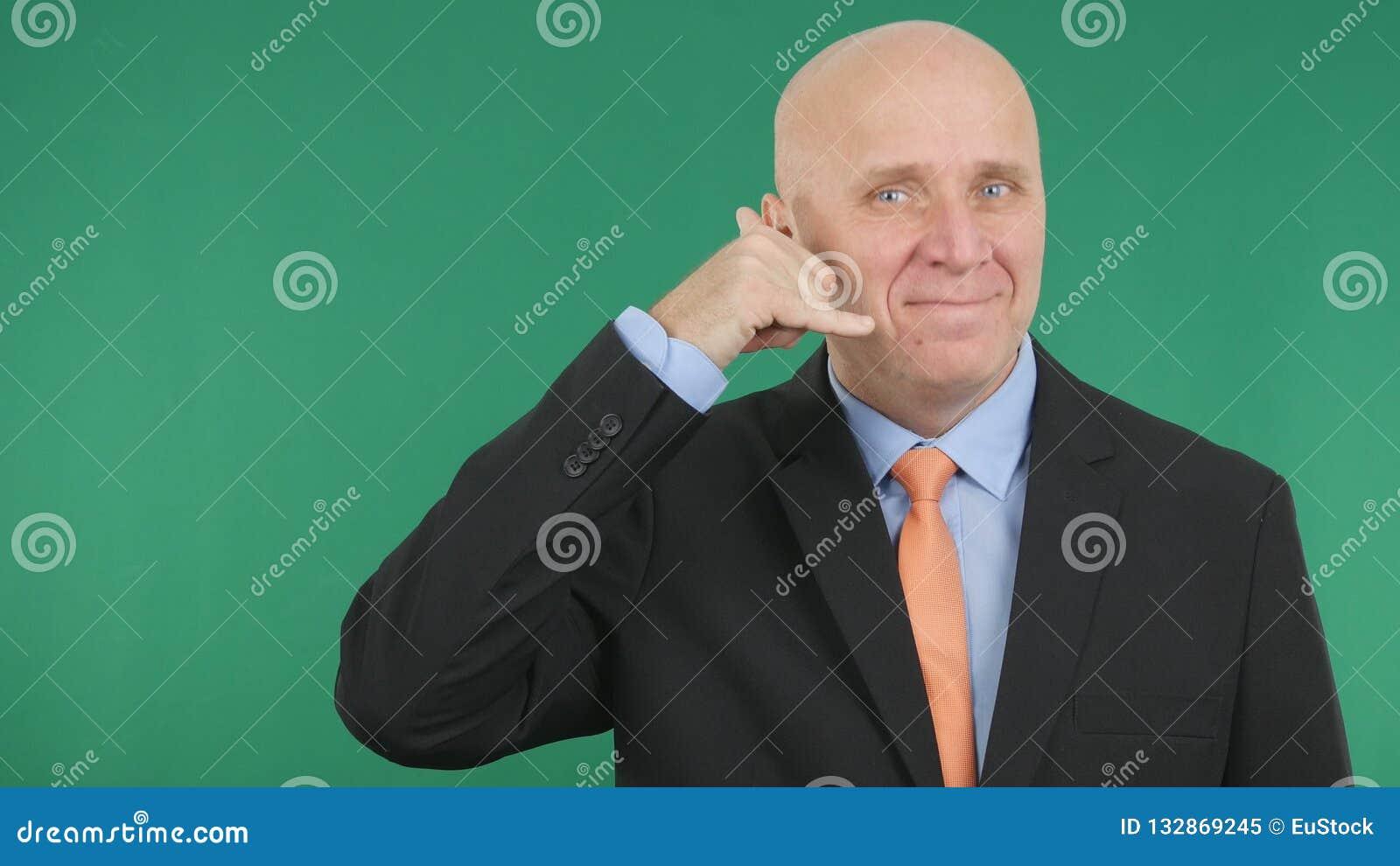 Gestos de mano sonrientes de Make Call Me del hombre de negocios