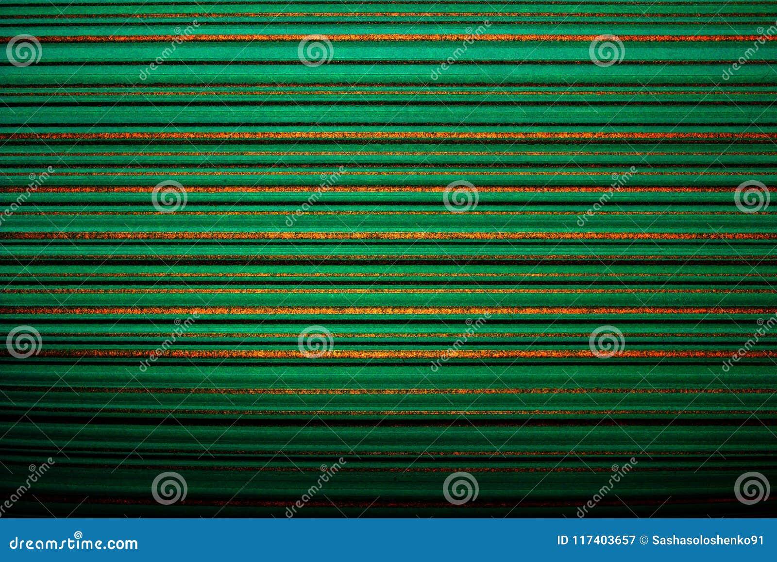 Gestreept behang Heldergroene achtergrond in een horizontale verdonkerde streep van gouden kleur, vignet