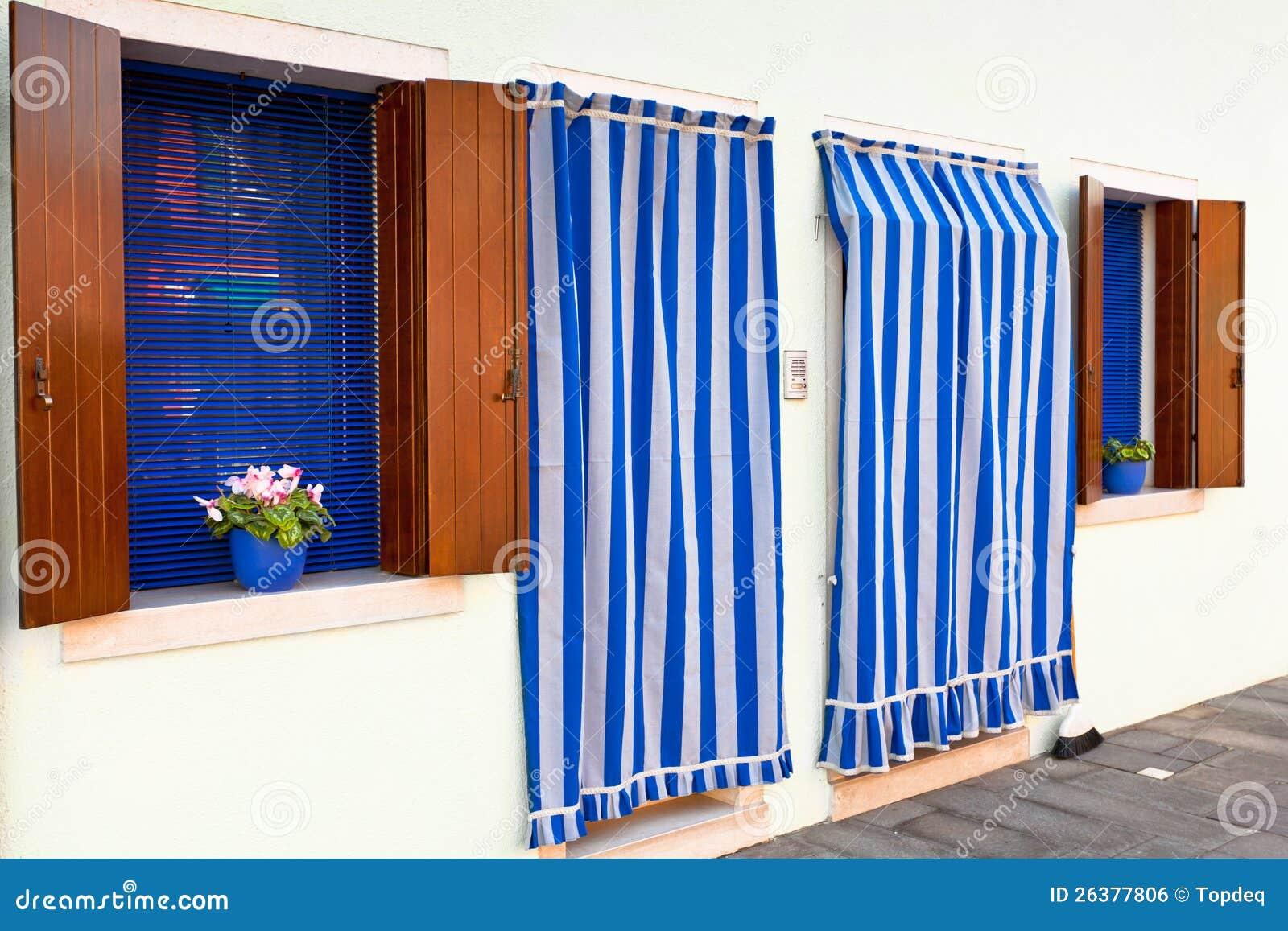 Gestreepte Gordijnen En Witte Muren Stock Foto - Afbeelding ...