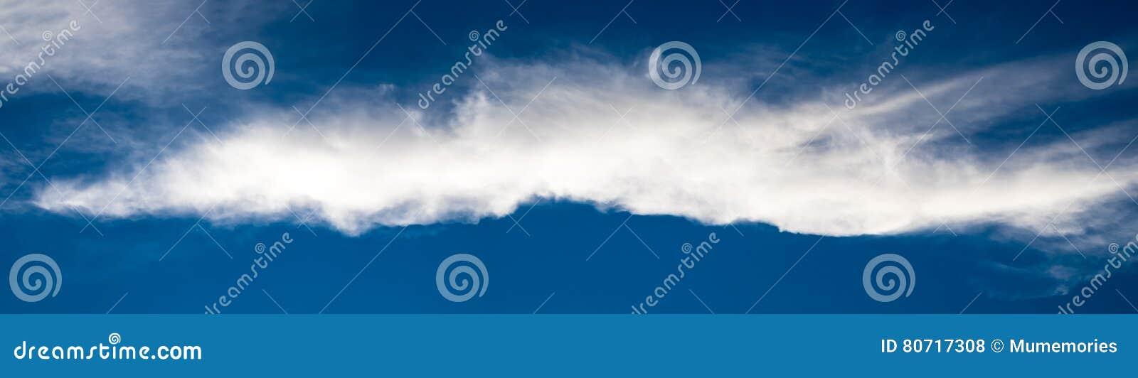 Gestreepte witte wolkenlange weg