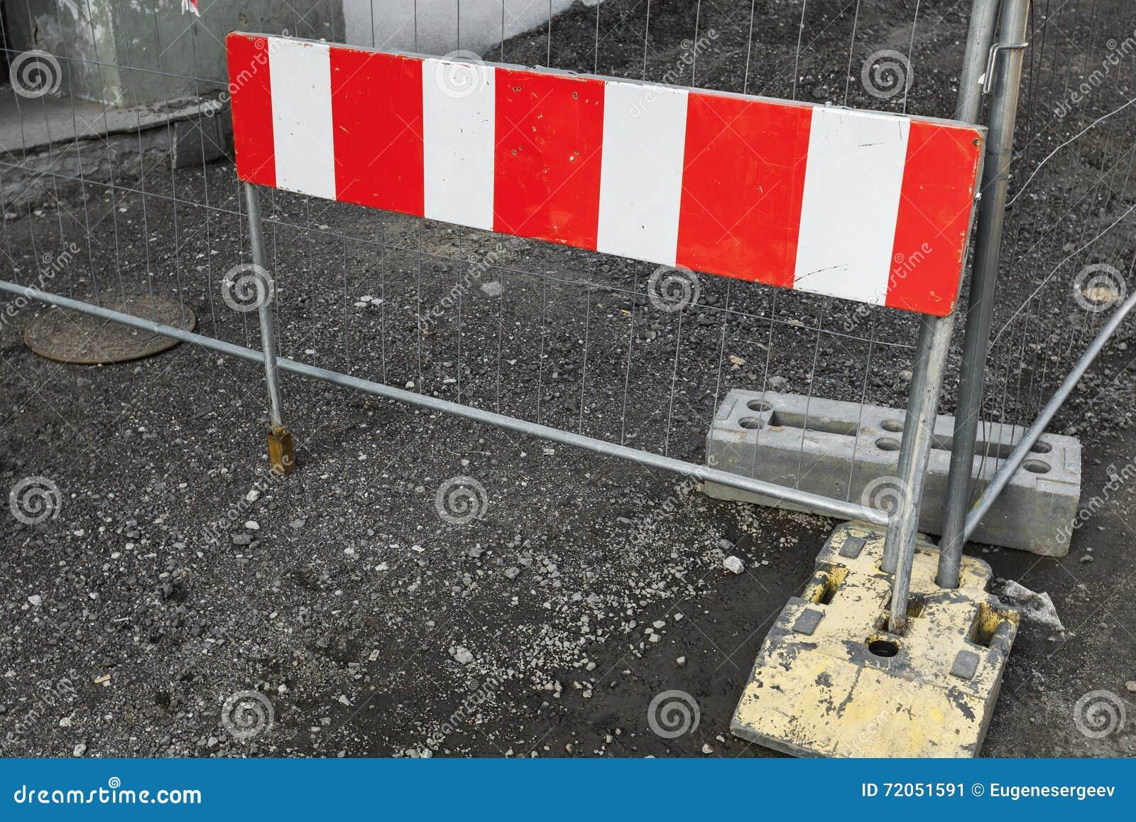 Gestreifte rote und weiße Straßensperre
