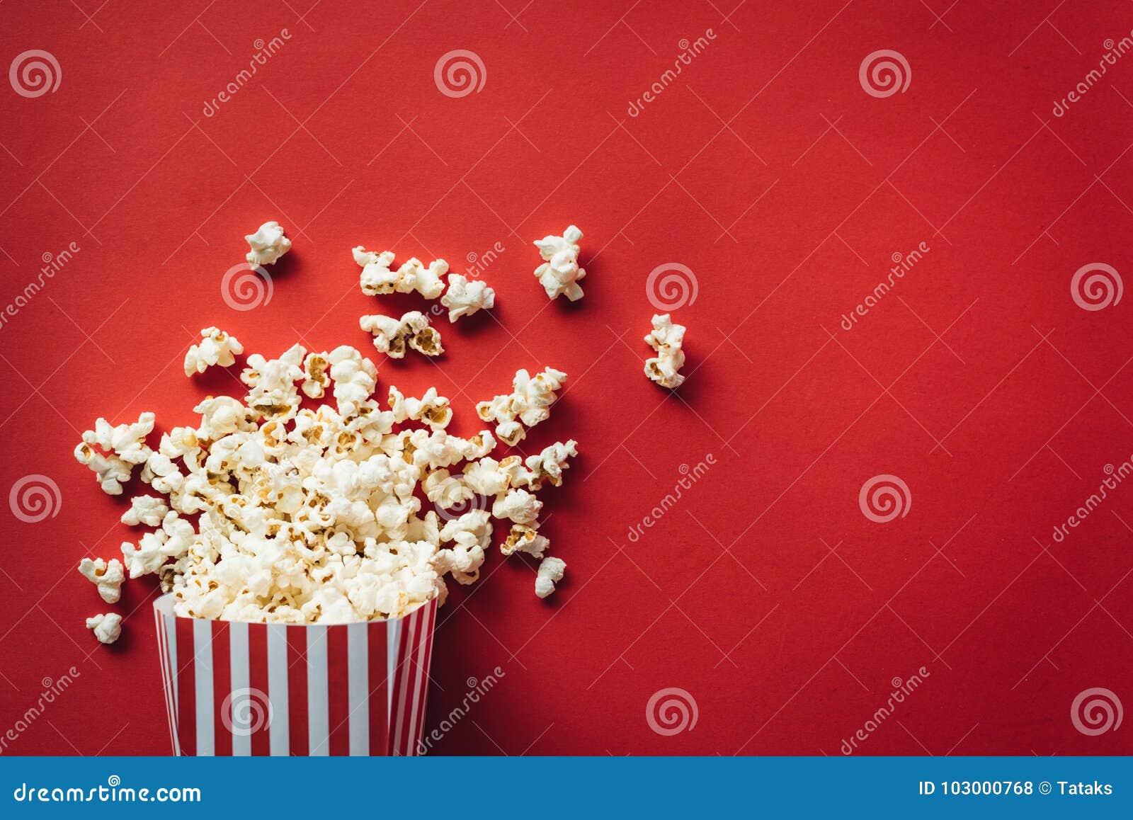 Gestreifter Kasten mit Popcorn