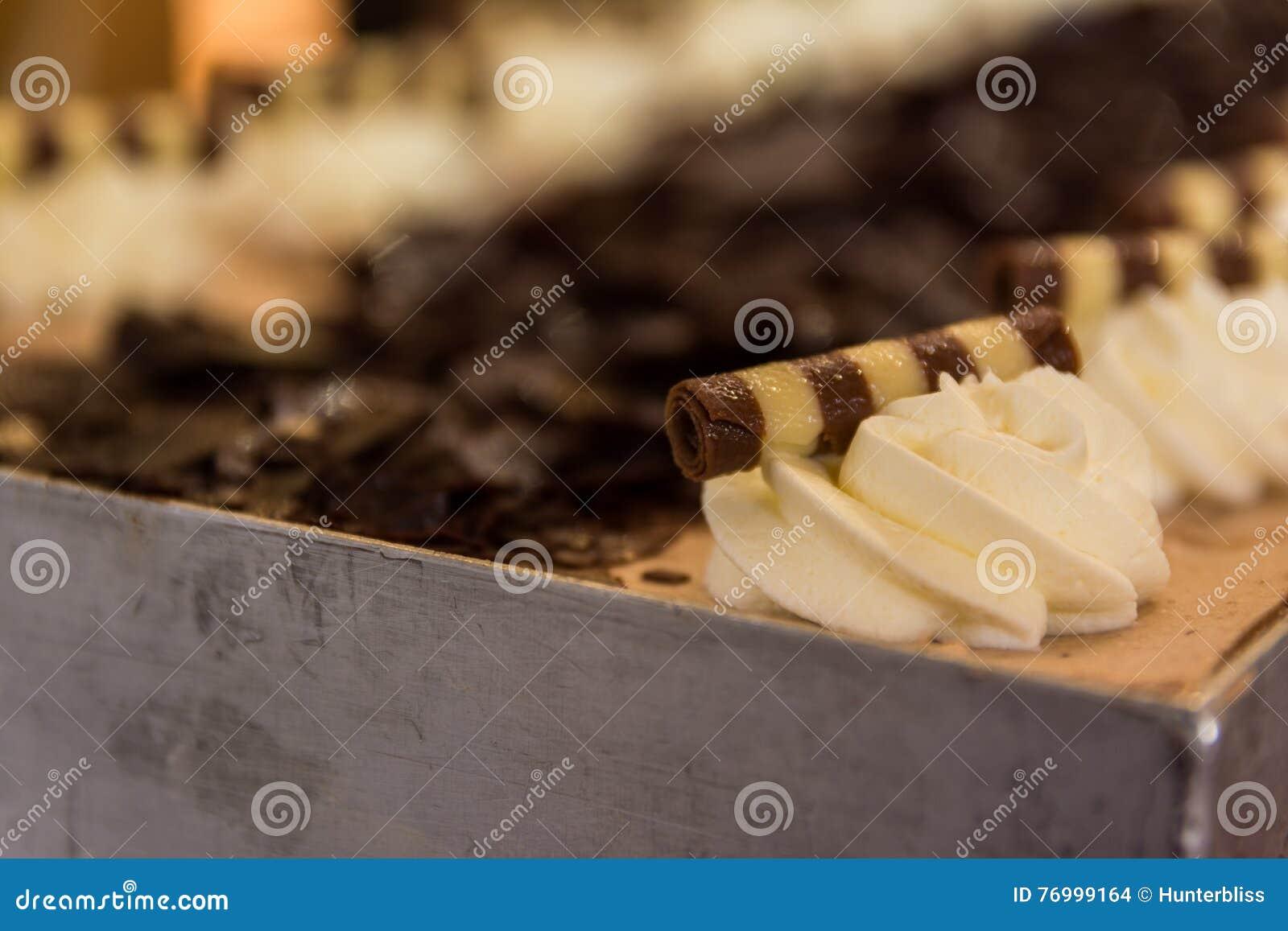 Gestreifter Schokoladen-Nachtisch-Dekorations-Schlagsahne-Eiscreme-Kuchen