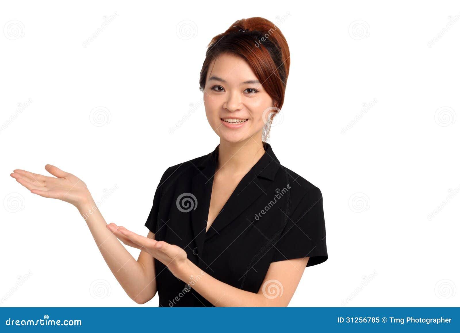 Gesturing felice della giovane donna