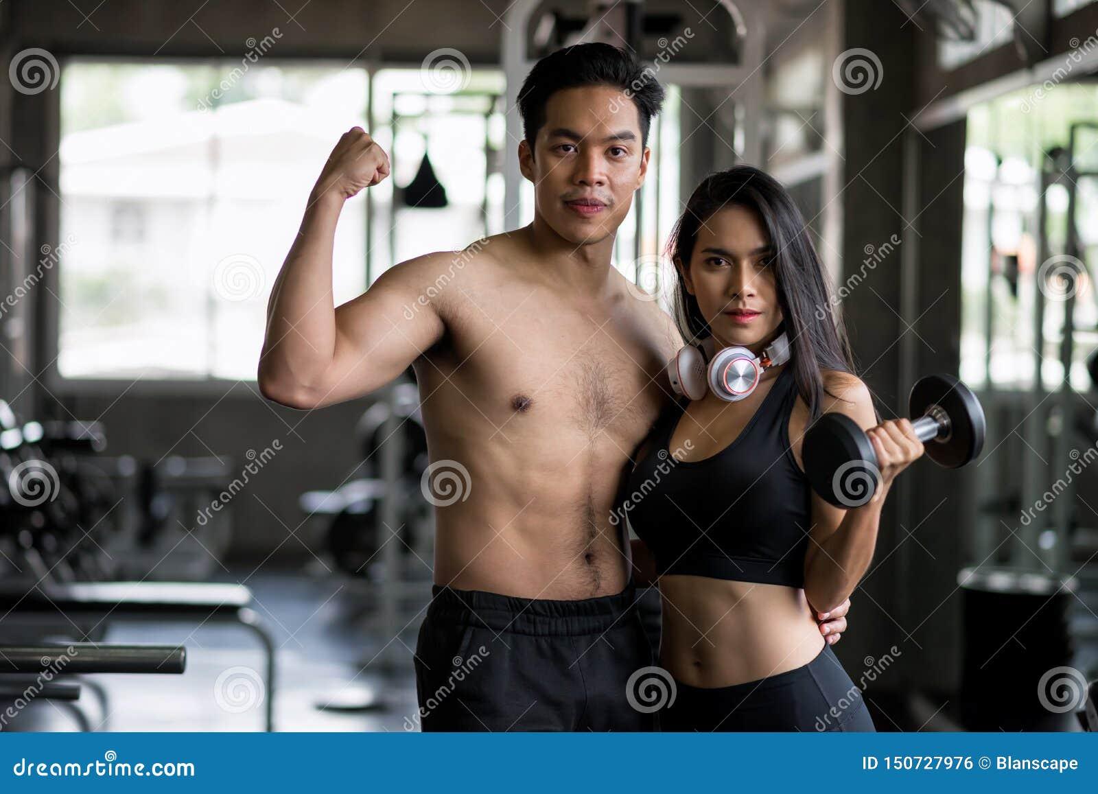 Gesunde asiatische Paare in der Eignungsturnhalle