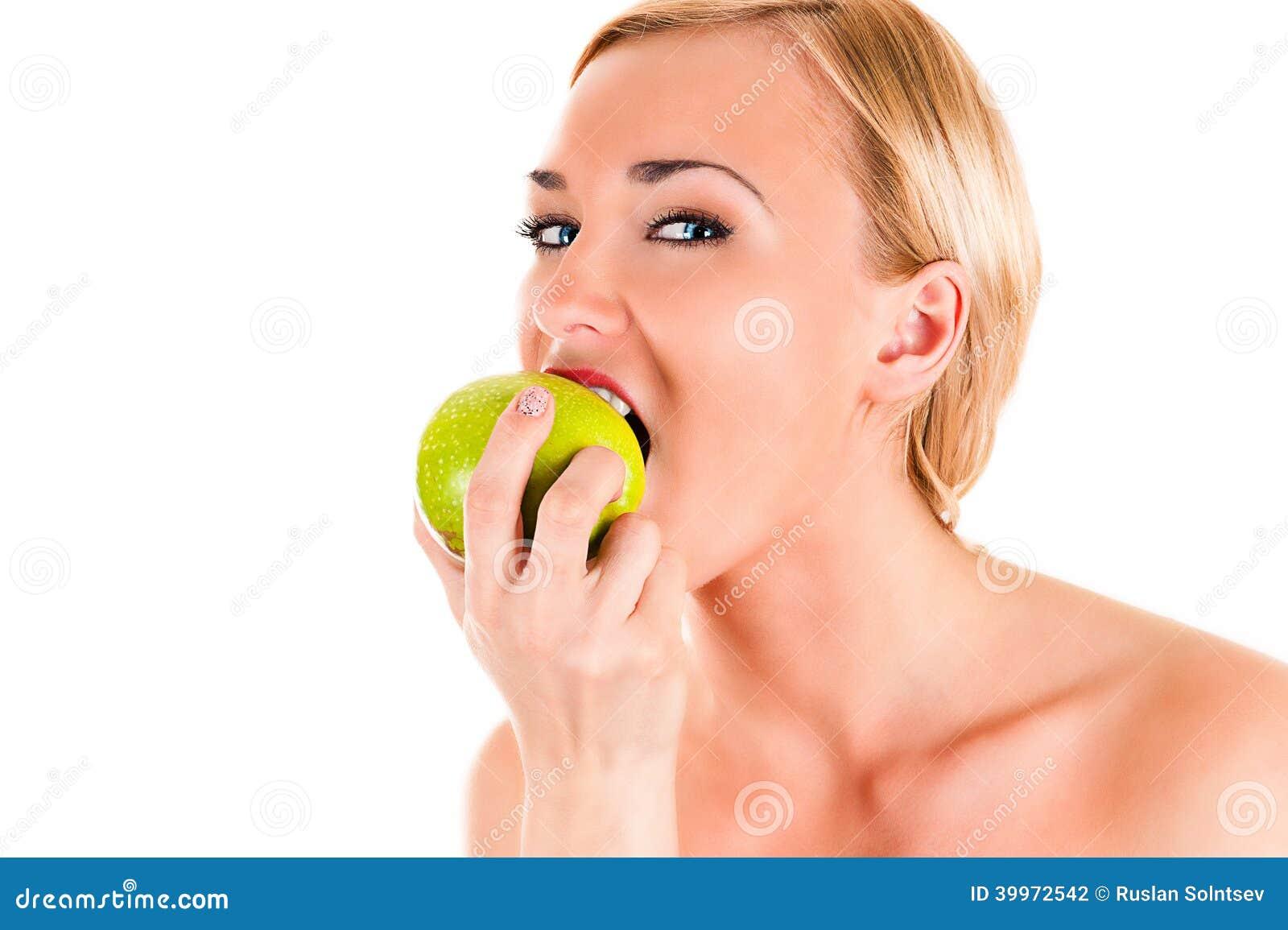 Gesunde Frau, die einen grünen Apfel isst