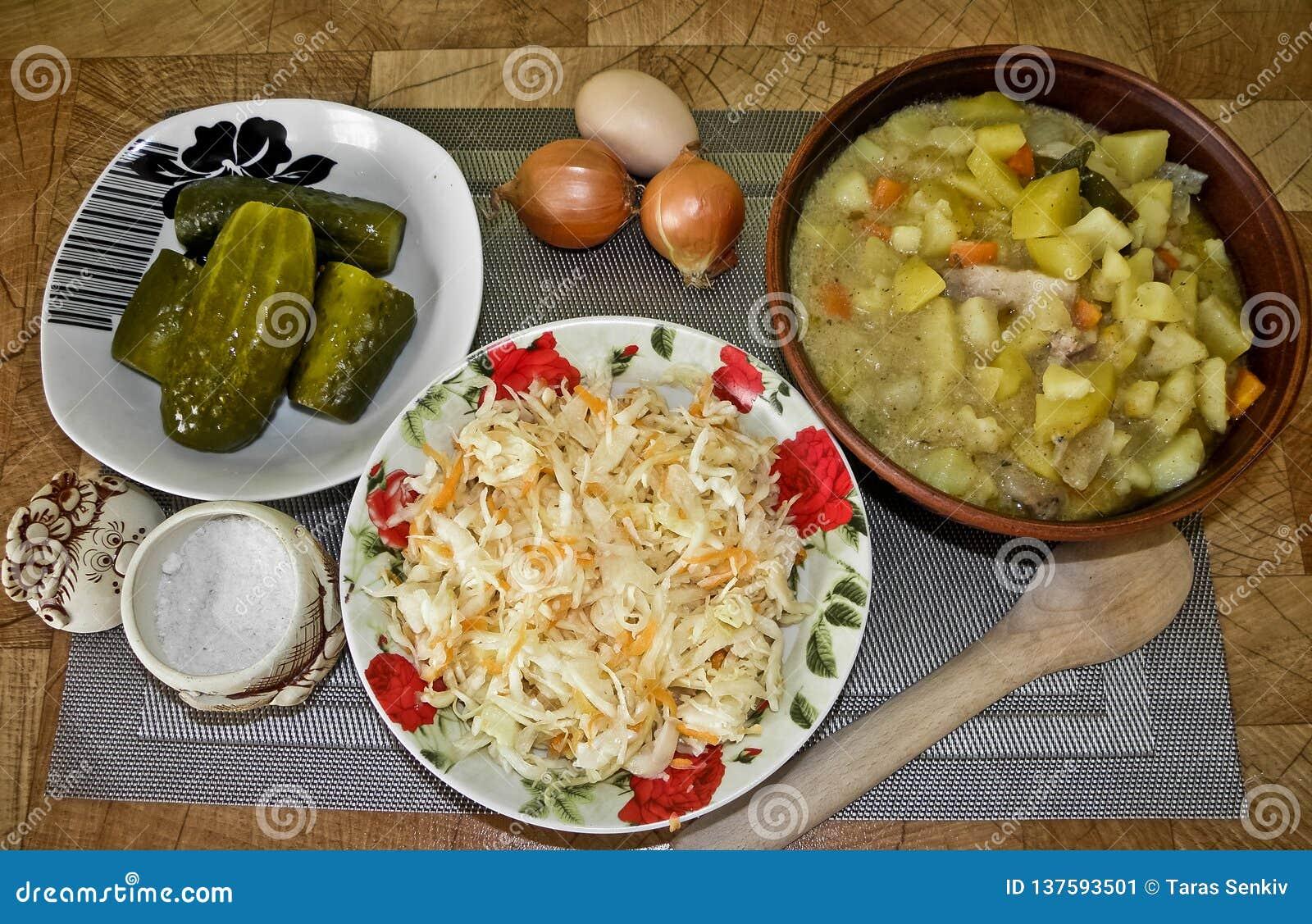 Gesunde geschmackvolle Nahrung, gedämpfte Kartoffeln vom Ofen und ein Imbiss