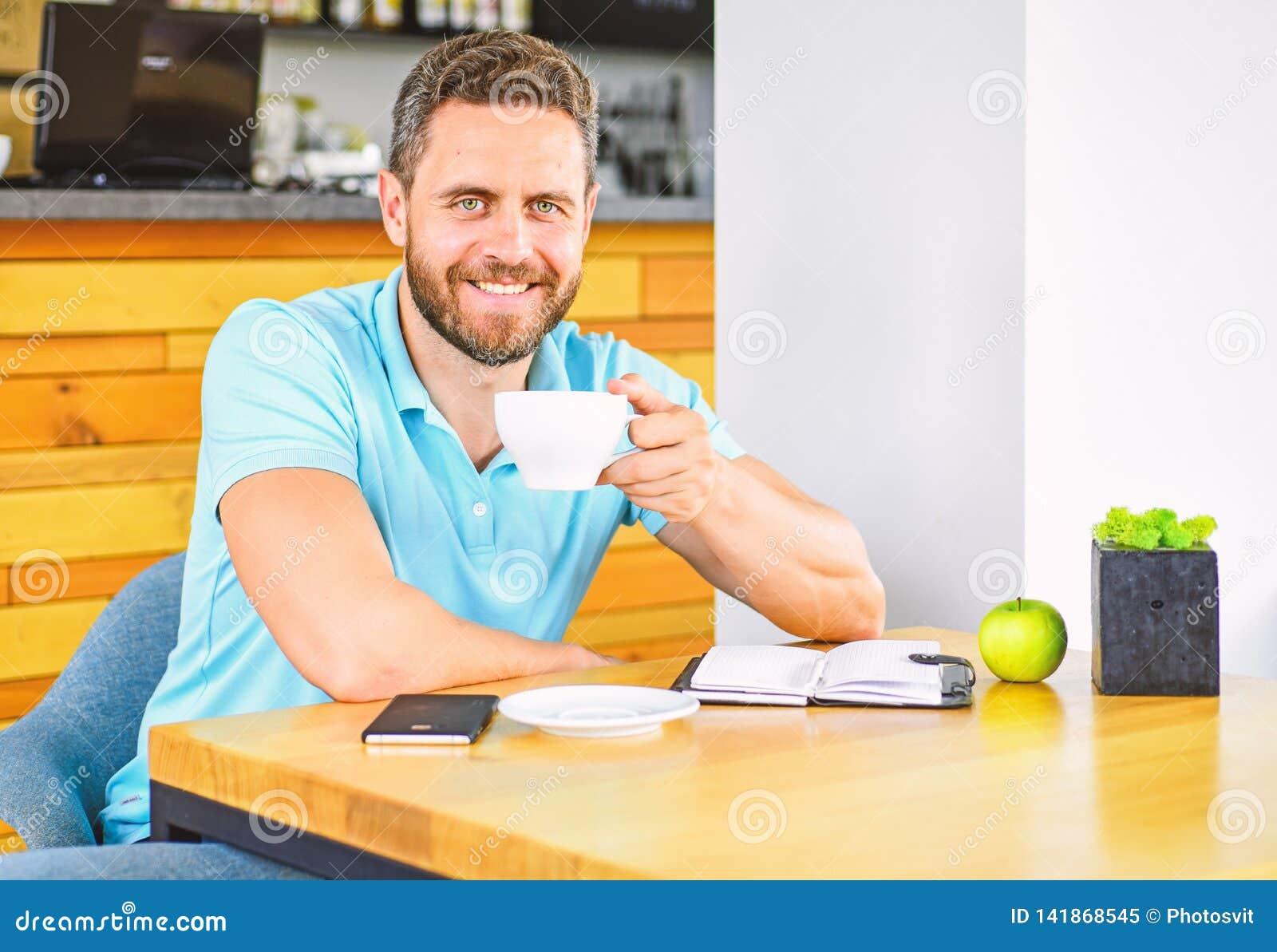 Gesunde Gewohnheiten Gesunde Mannsorgfalt-Vitaminnahrung während des Arbeitstages Körperliches und Geisteswohlkonzept Mann sitzen
