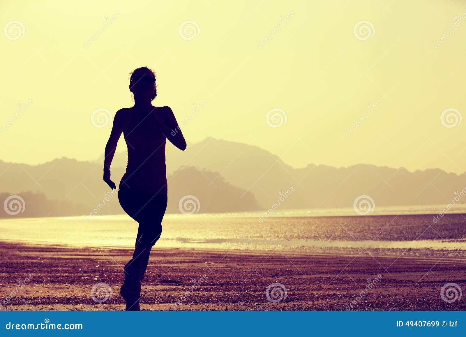 Download Gesunde Lebensstilfrau, Die Am Sonnenaufgangstrand Läuft Stockbild - Bild von schwarzes, rüttler: 49407699
