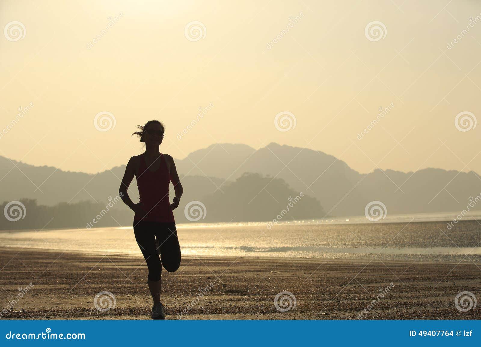 Download Gesunde Lebensstilfrau, Die Am Sonnenaufgangstrand Läuft Stockfoto - Bild von lebensstil, eignung: 49407764