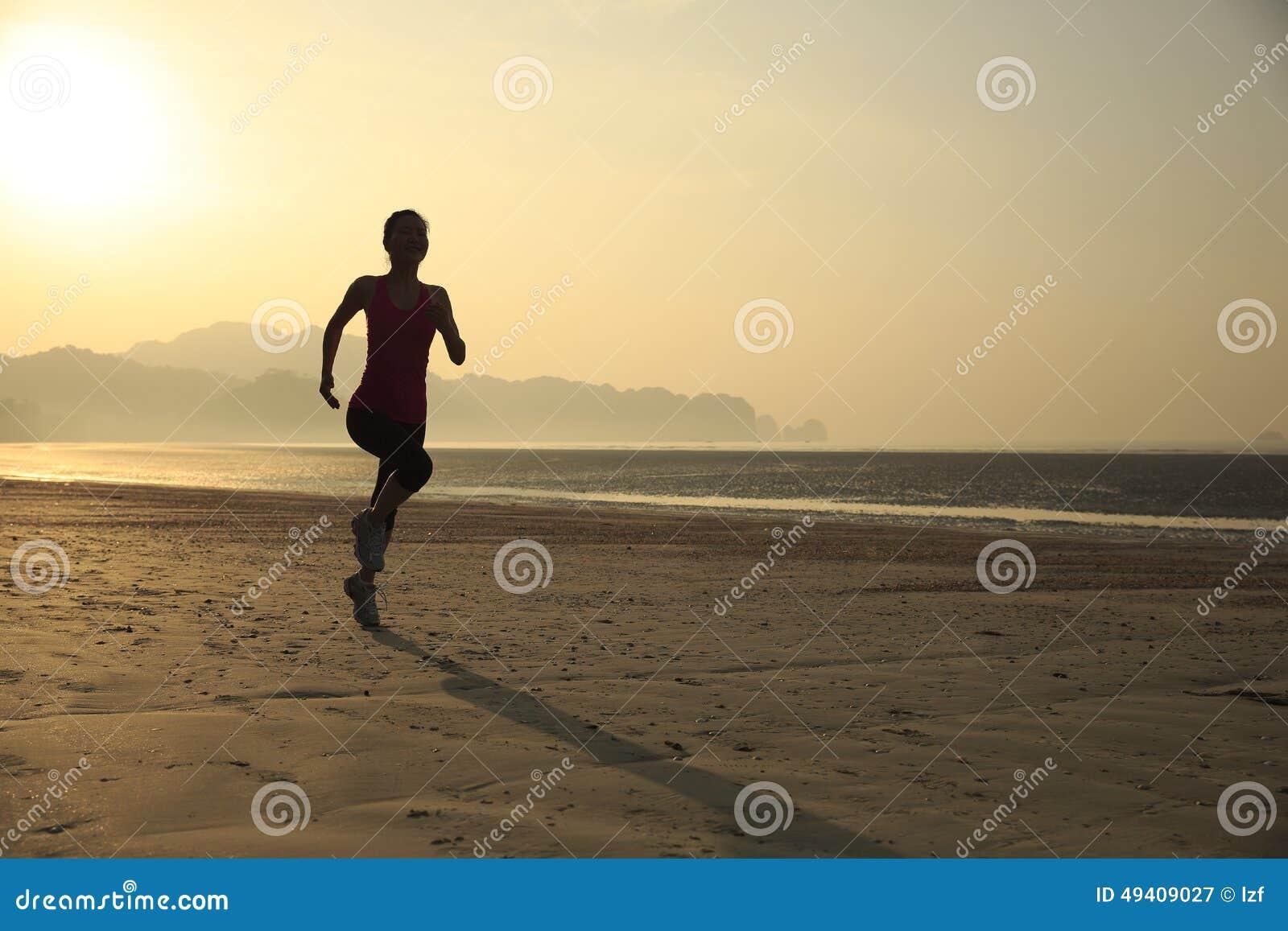 Download Gesunde Lebensstilfrau, Die Am Sonnenaufgangstrand Läuft Stockbild - Bild von nave, lebensstil: 49409027