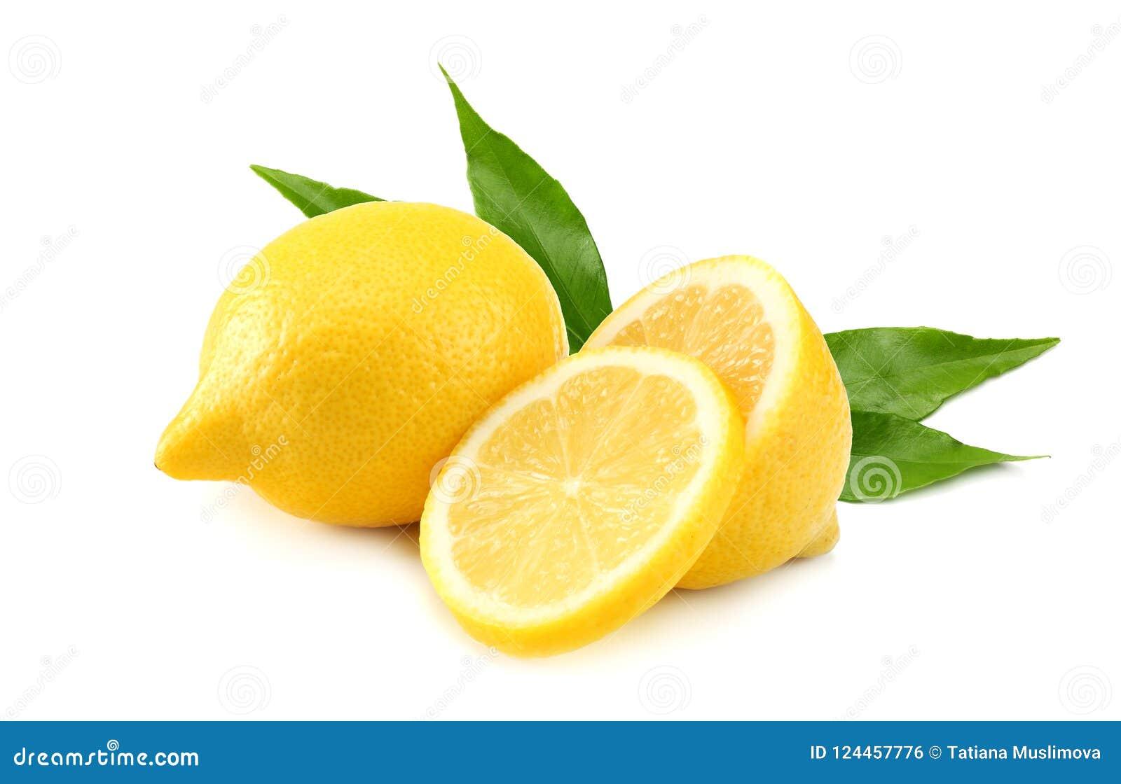 Gesunde Nahrung Zitrone mit den Scheiben und grünem Blatt lokalisiert auf weißem Hintergrund