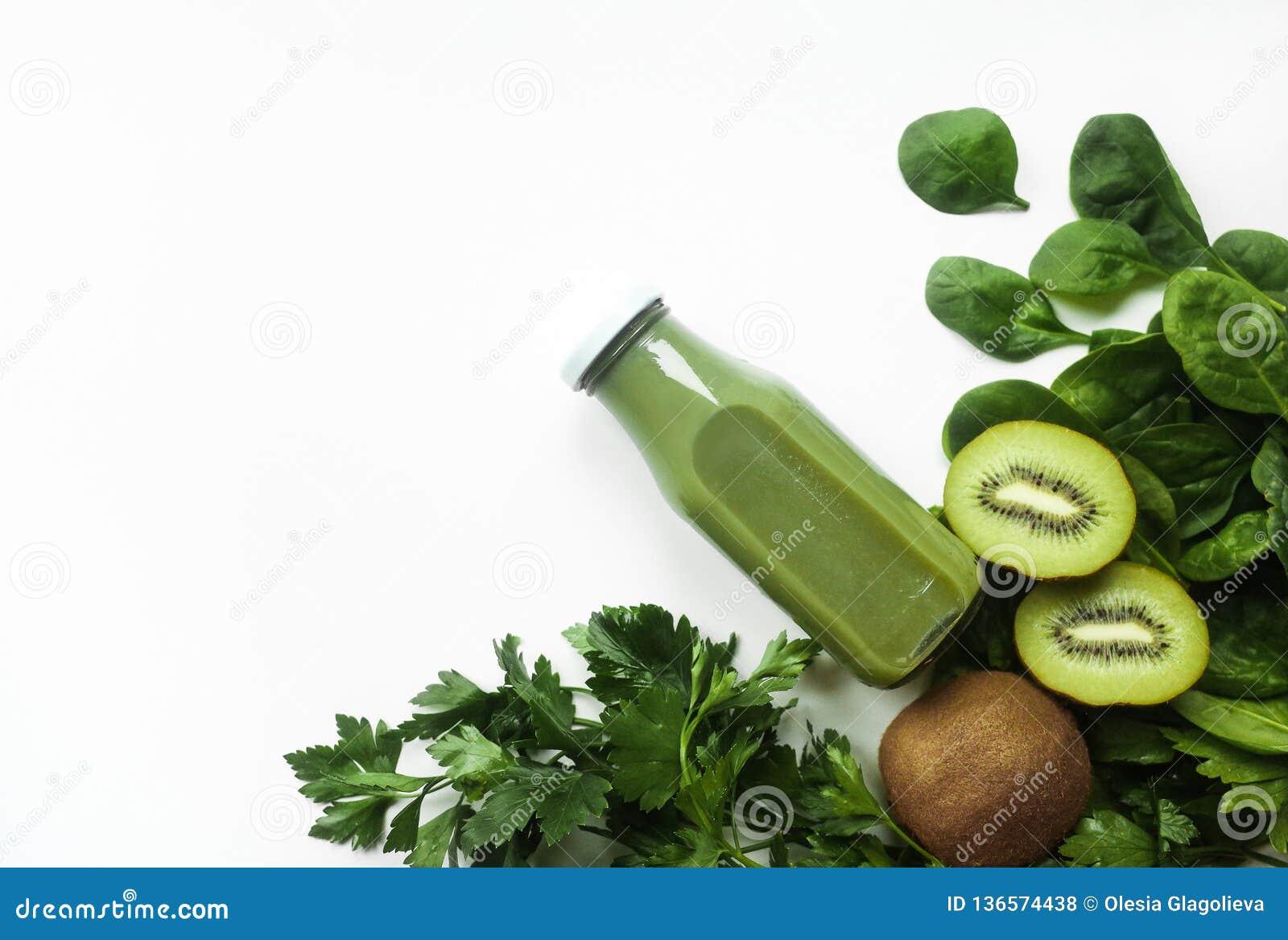 Gesunder grüner Smoothie oder Saft und Bestandteile auf weiß- superfoods, Detox, Diät, Gesundheit, vegetarisches Nahrungsmittelko