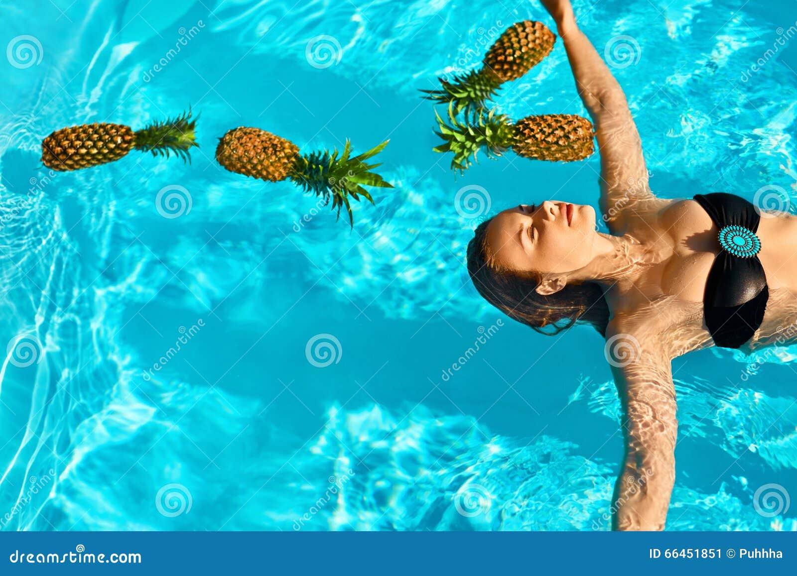Gesunder Lebensstil, Lebensmittel Junge Frau im Pool Früchte, Vitamine