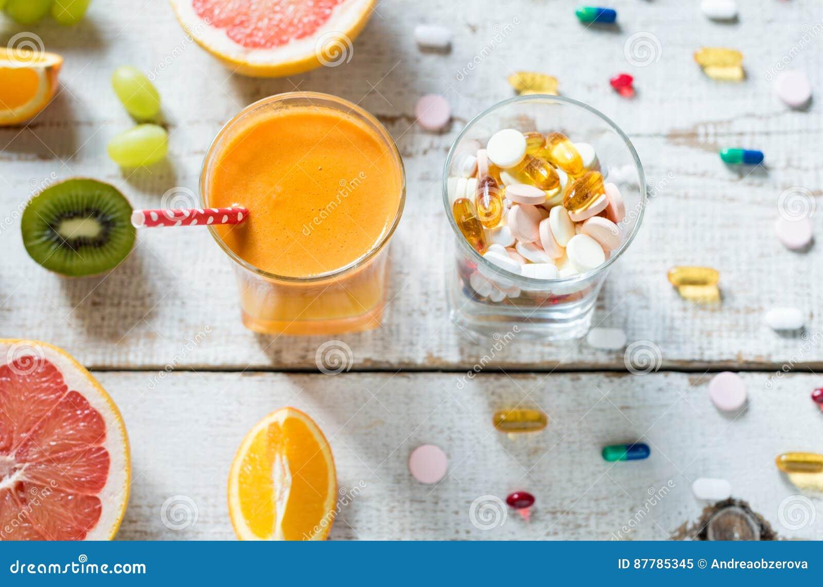Gesunder Lebensstil und Diätkonzept Frucht, Pillen und Vitaminergänzungen