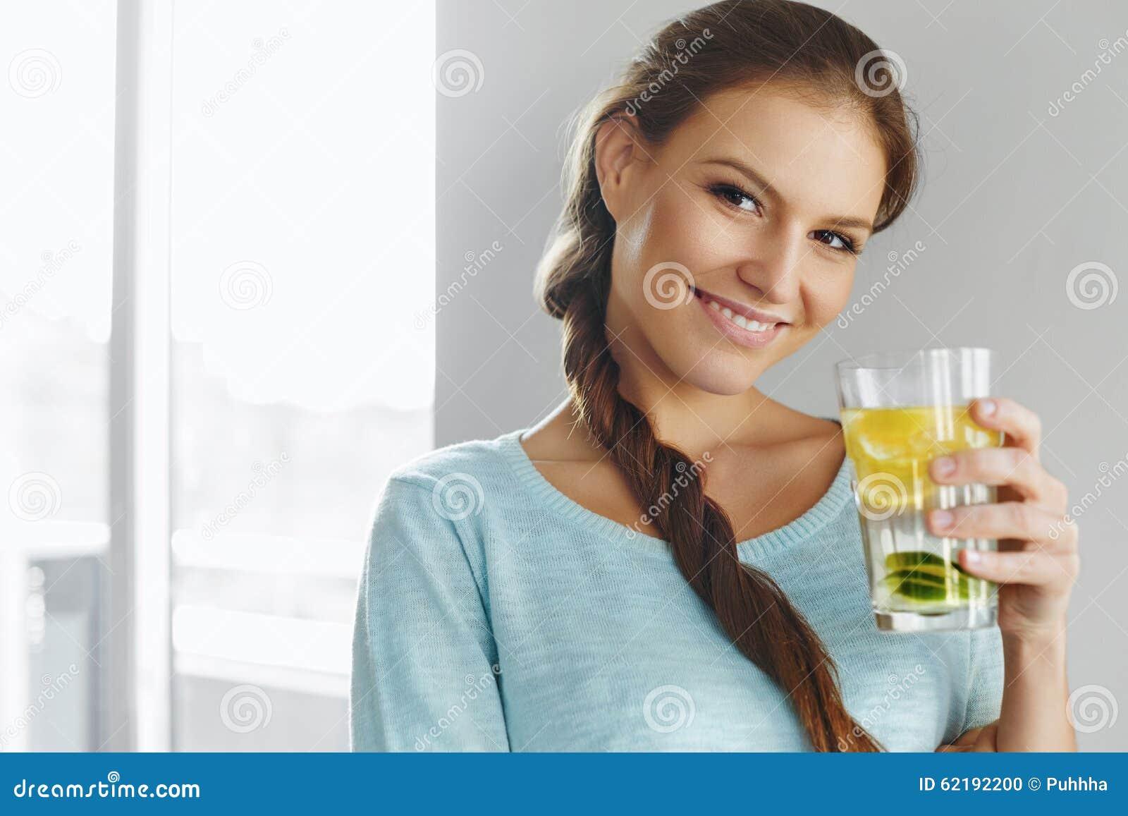 Gesunder Lebensstil und Lebensmittel Frauen-trinkendes Frucht-Wasser detox H