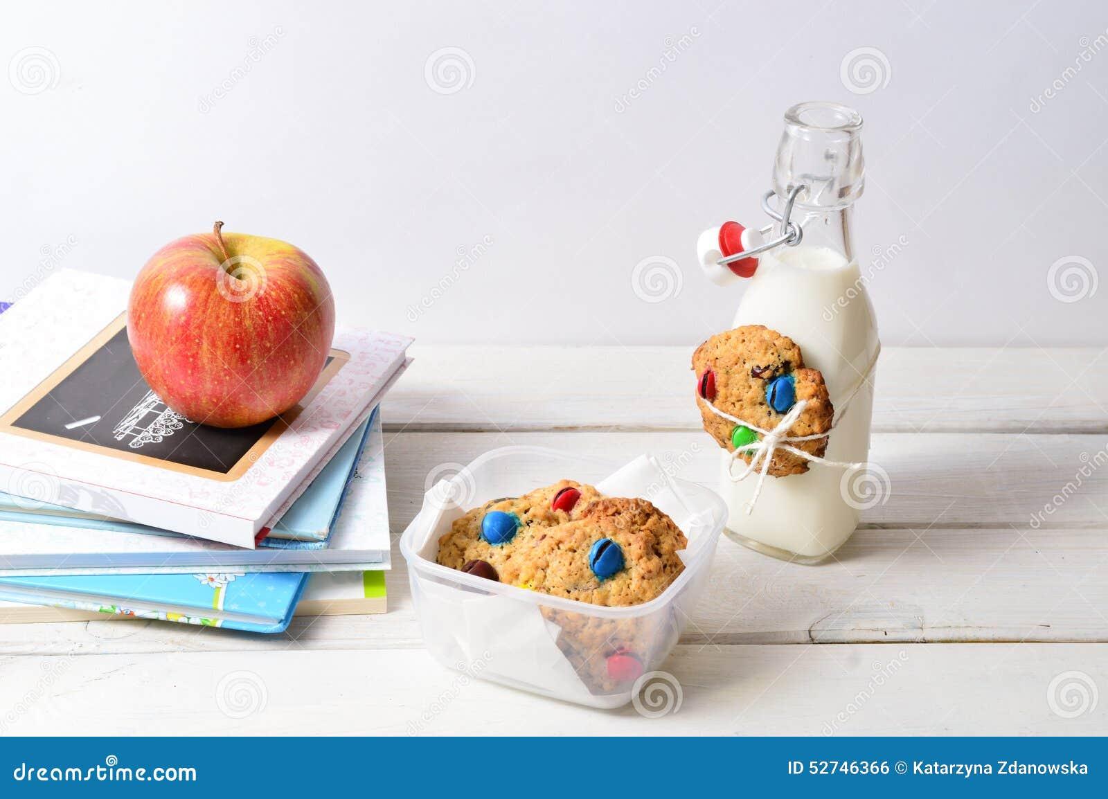 Gesunder Lunchbox mit Büchern und Milch