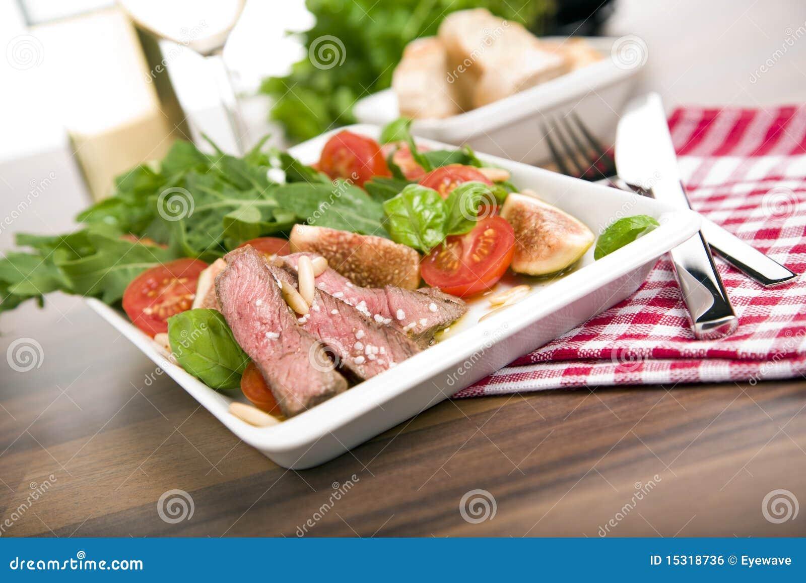 Gesunder Salat mit Bratenrindfleisch, Arugula, Feigen, Tomate