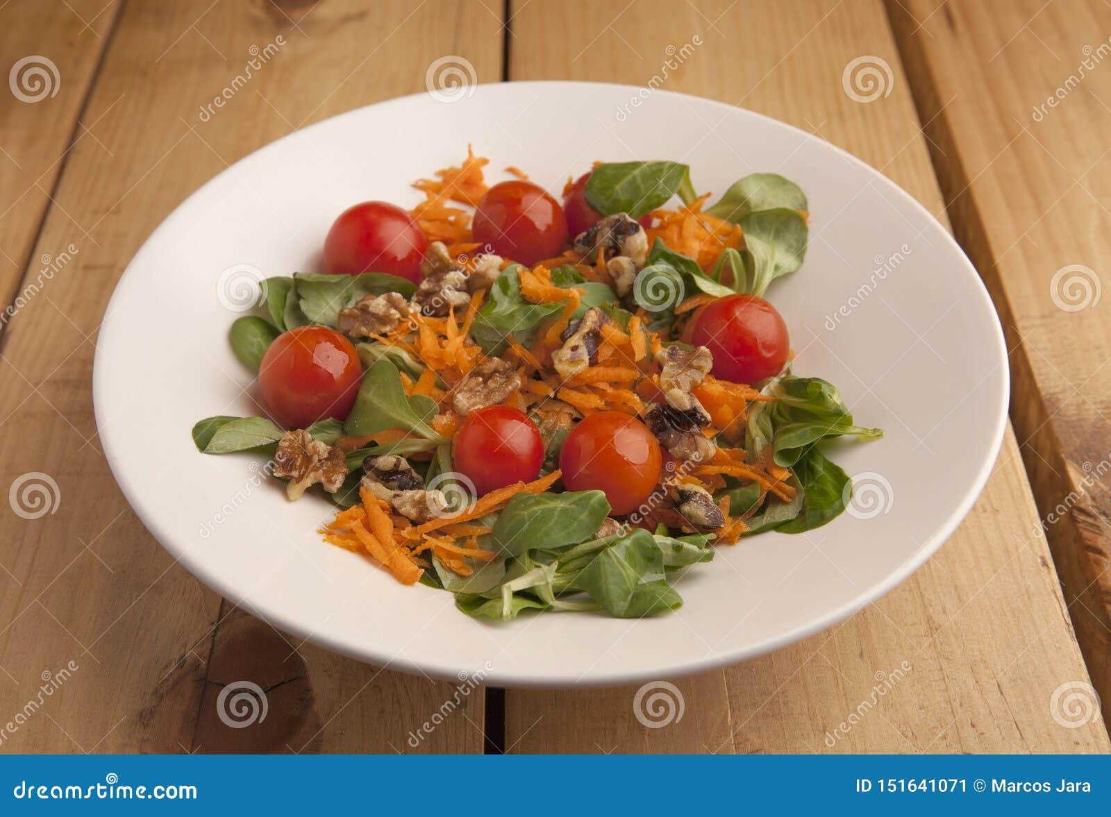 Gesunder Salat mit Kirschtomaten, Kanonen und zerriebener Karotte