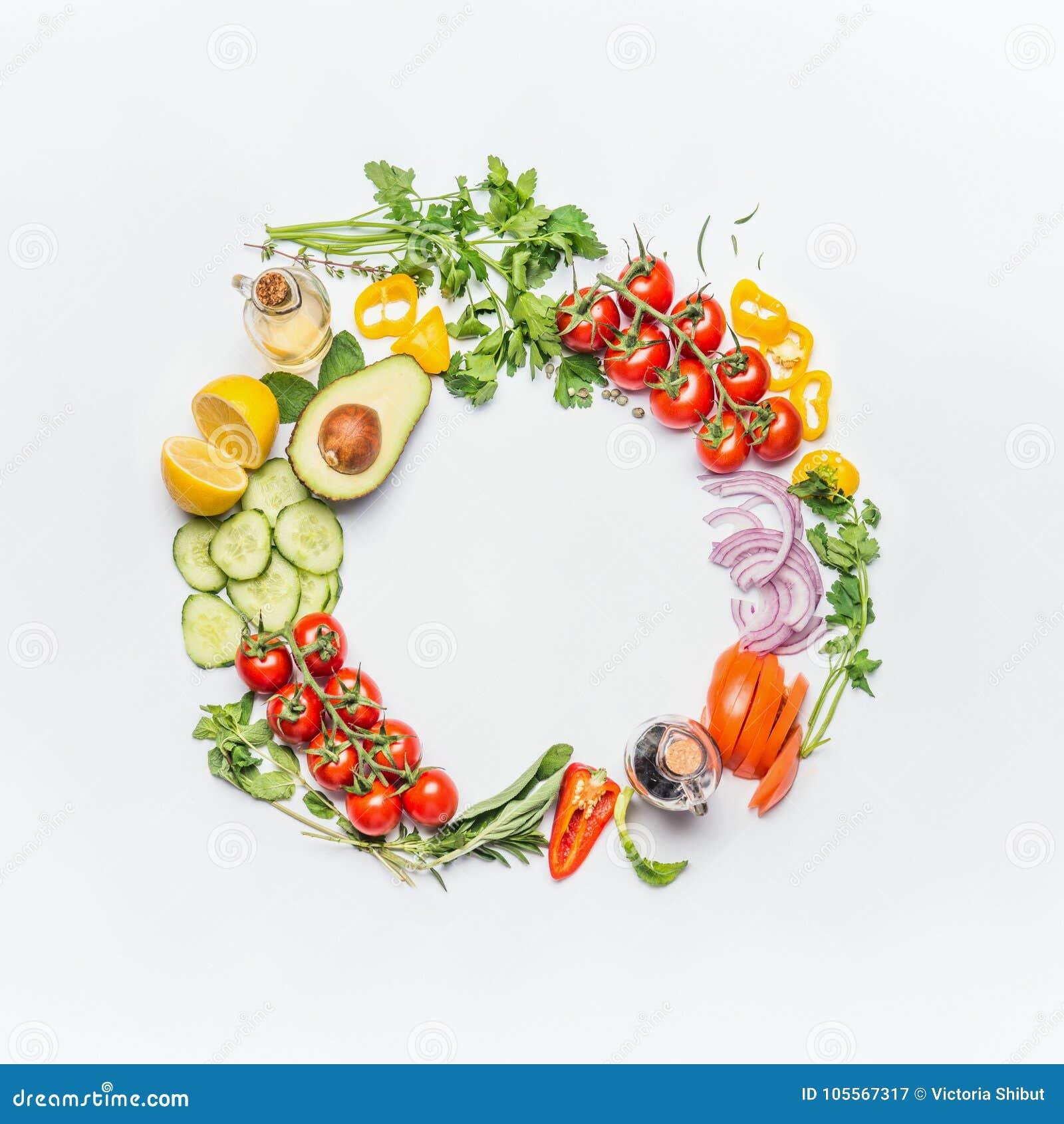 Gesunder sauberer Essenplan, vegetarisches Lebensmittel und Diätnahrungskonzept Verschiedene Frischgemüsebestandteile für Salat a