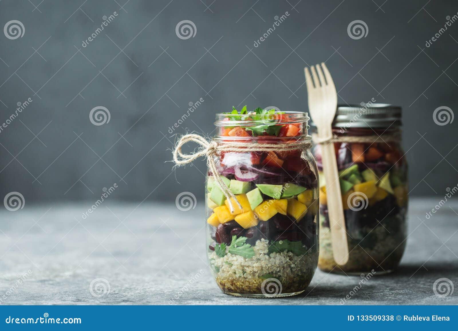Gesunder selbst gemachter Salat im Weckglas mit Quinoa und Gemüse Gesunde Nahrung, sauberes Essen, Diät und Detox Kopieren Sie Pl