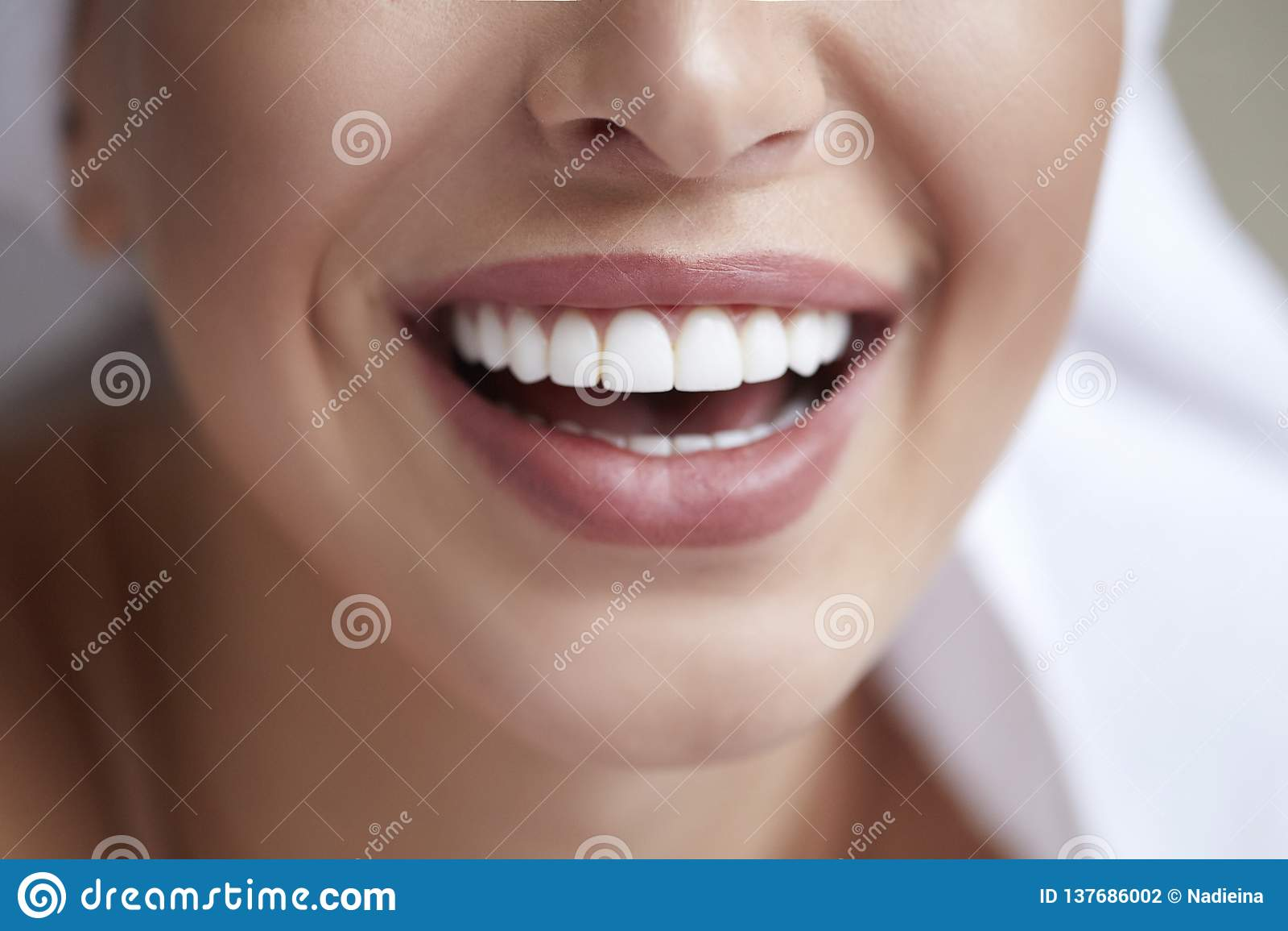 Gesunder weißer Lächelnabschluß oben Schönheitsfrau mit perfektem Lächeln, den Lippen und den Zähnen Schönes Mädchen mit vollkomm