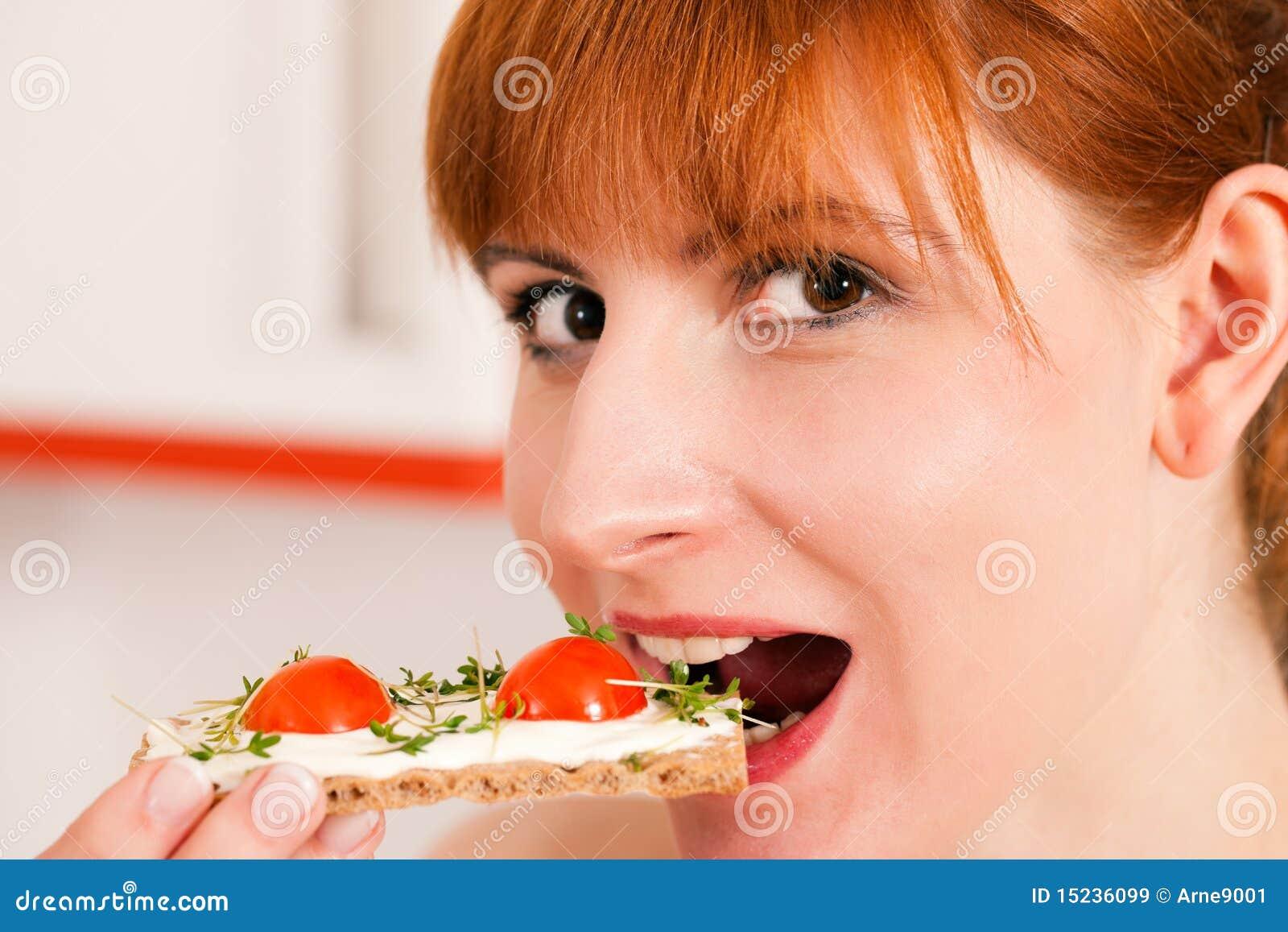 Gesundes Essen Frau Mit Knackebrot Stockbild Bild Von Lacheln