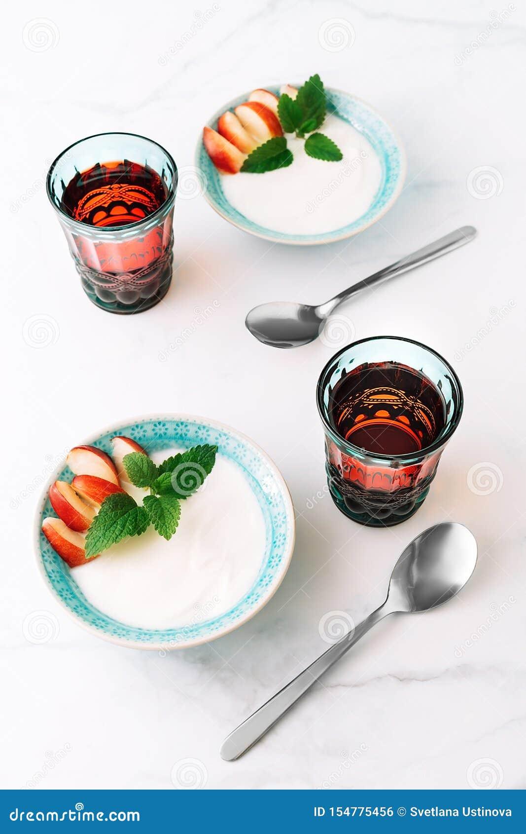 Gesundes Frühstück des natürlichen griechischen Joghurts, der Frucht und des Safts auf Marmortabelle