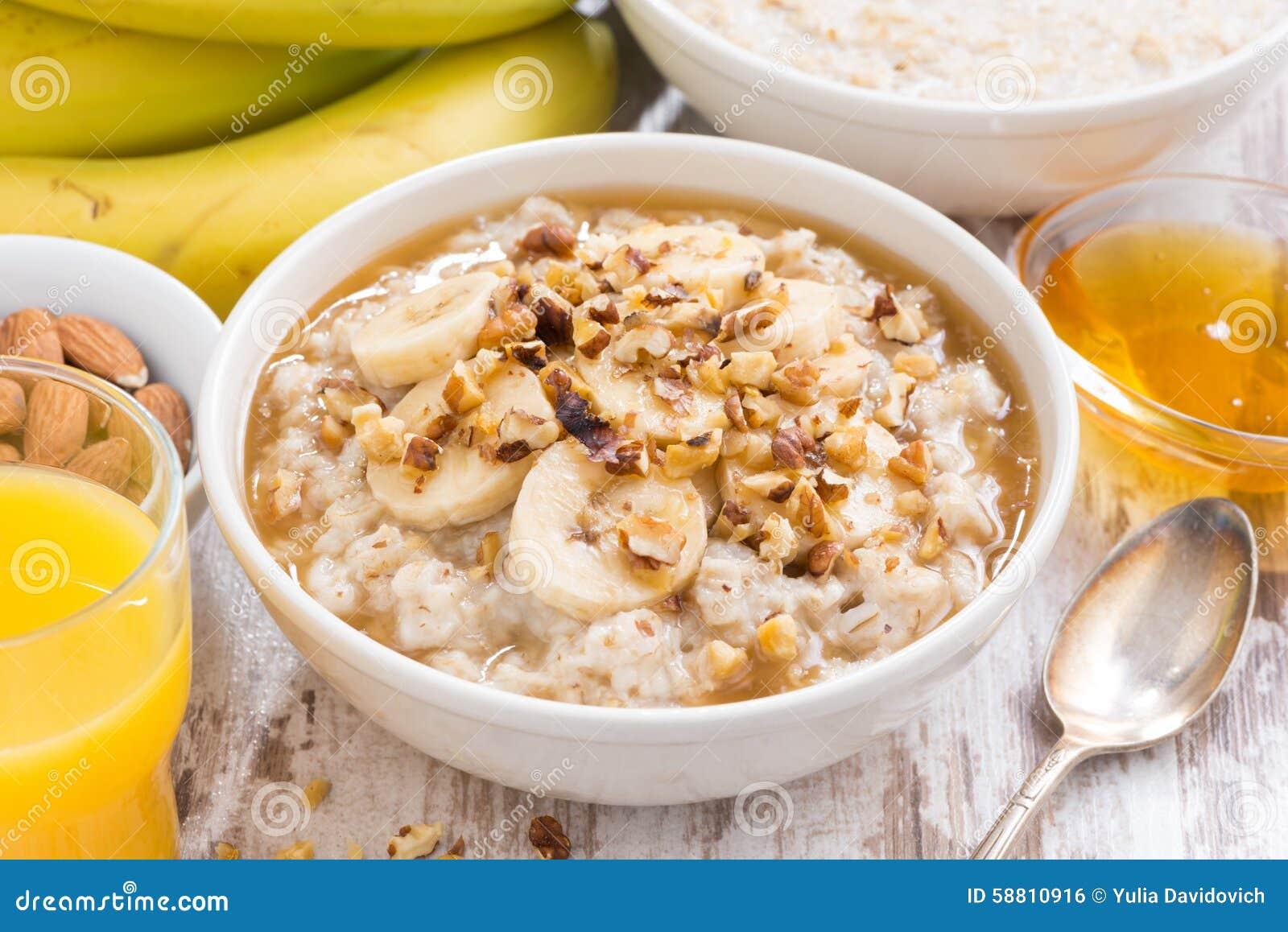 Gesundes Frühstück - Hafermehl mit Banane, Honig und Walnüssen