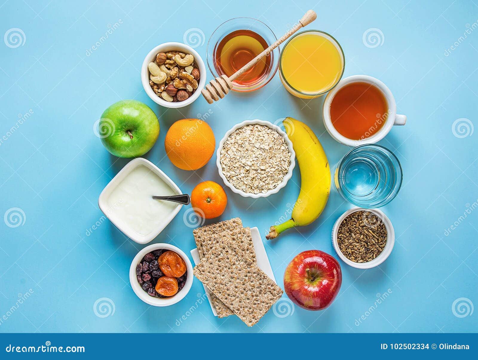 Gesundes Frühstücks-Faser-Quellverdauungs-Hafermehl Honey Fruits Apples Banana Orange Juice Water Green Tea Nuts Hellblaue Tabell
