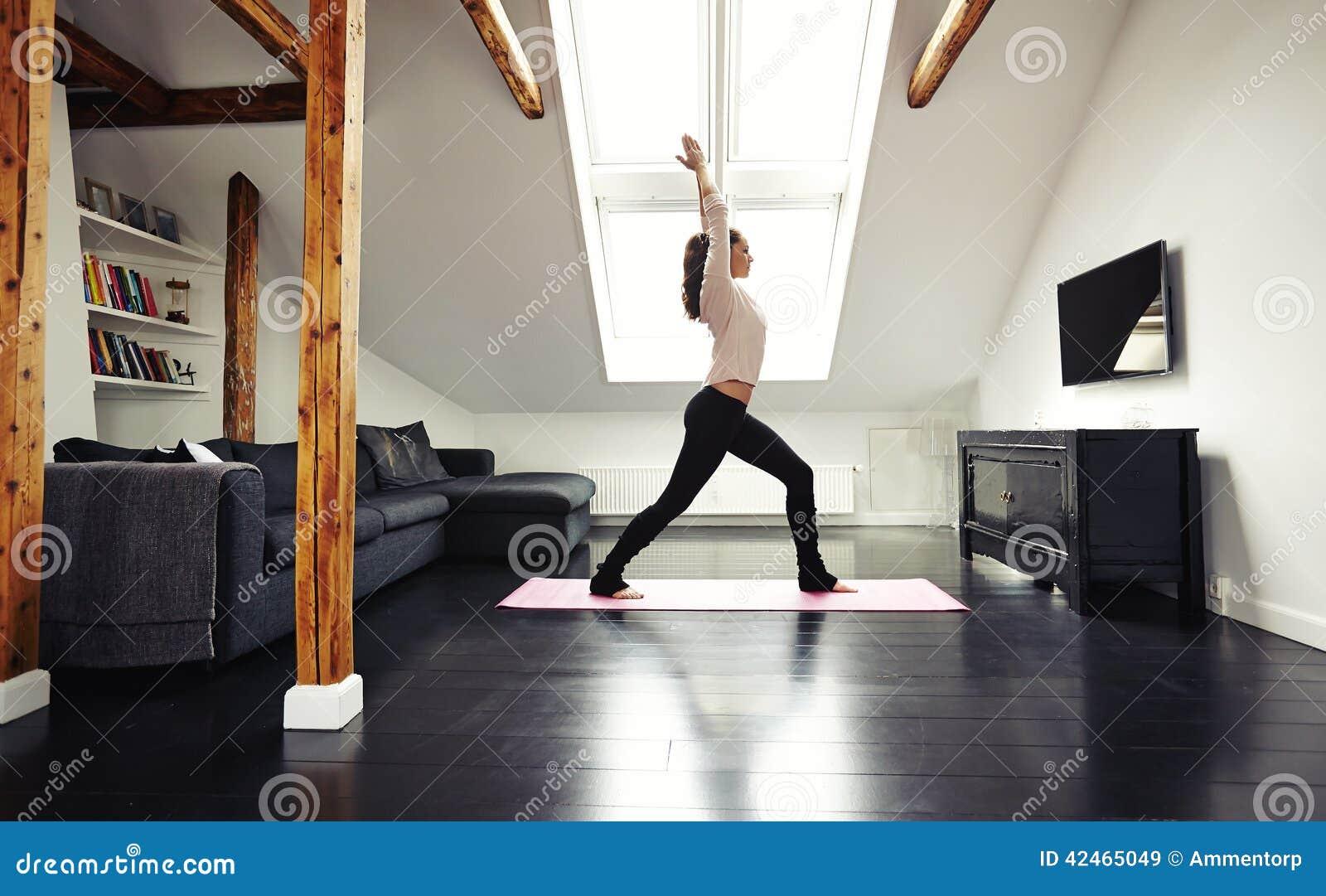 Gesundes gehendes Yogatraining junger Dame zu Hause