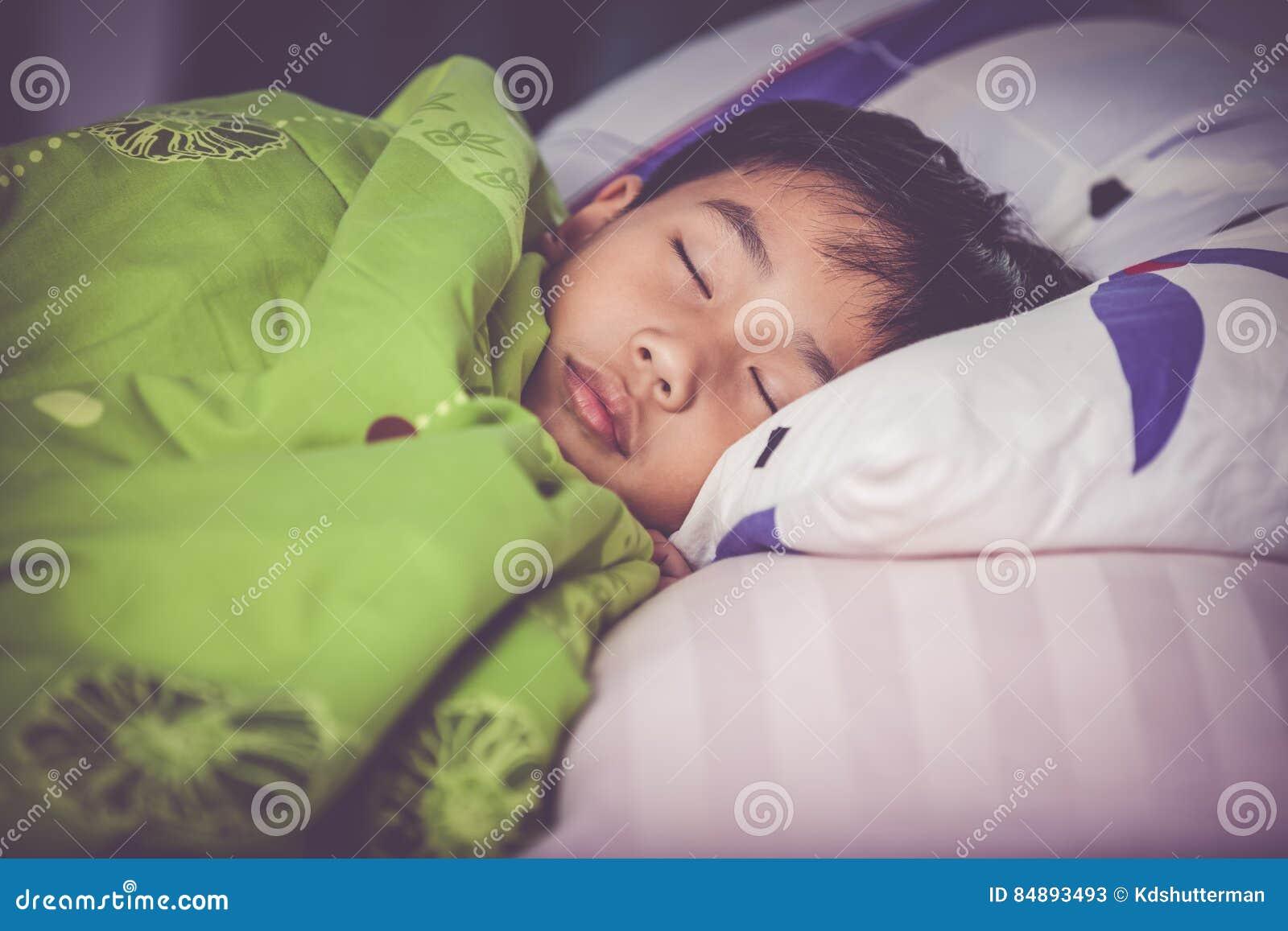 Gesundes Kind Kleiner Asiatischer Junge, Der Friedlich Auf Bett ...