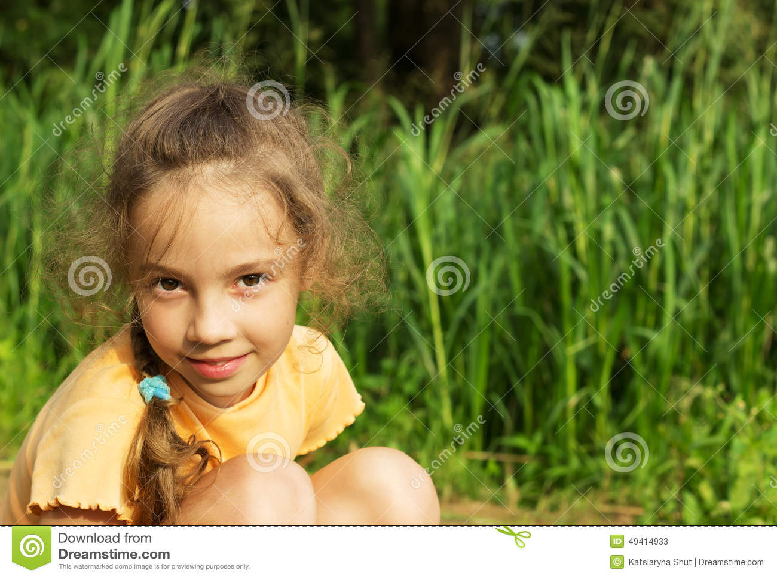 Download Gesundes Lächelndes Mädchen Im Grünen Gras Stockbild - Bild von nave, kindheit: 49414933