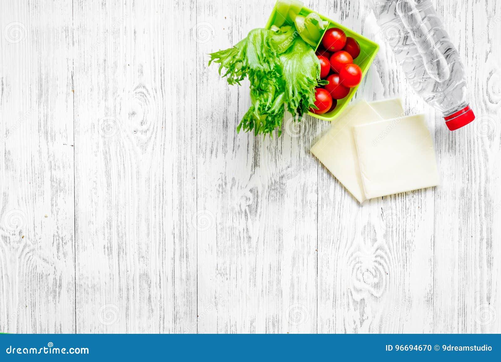 Gesundes Mittagessen Im Buro Brotdose Mit Tomate Salat Und Kase Auf