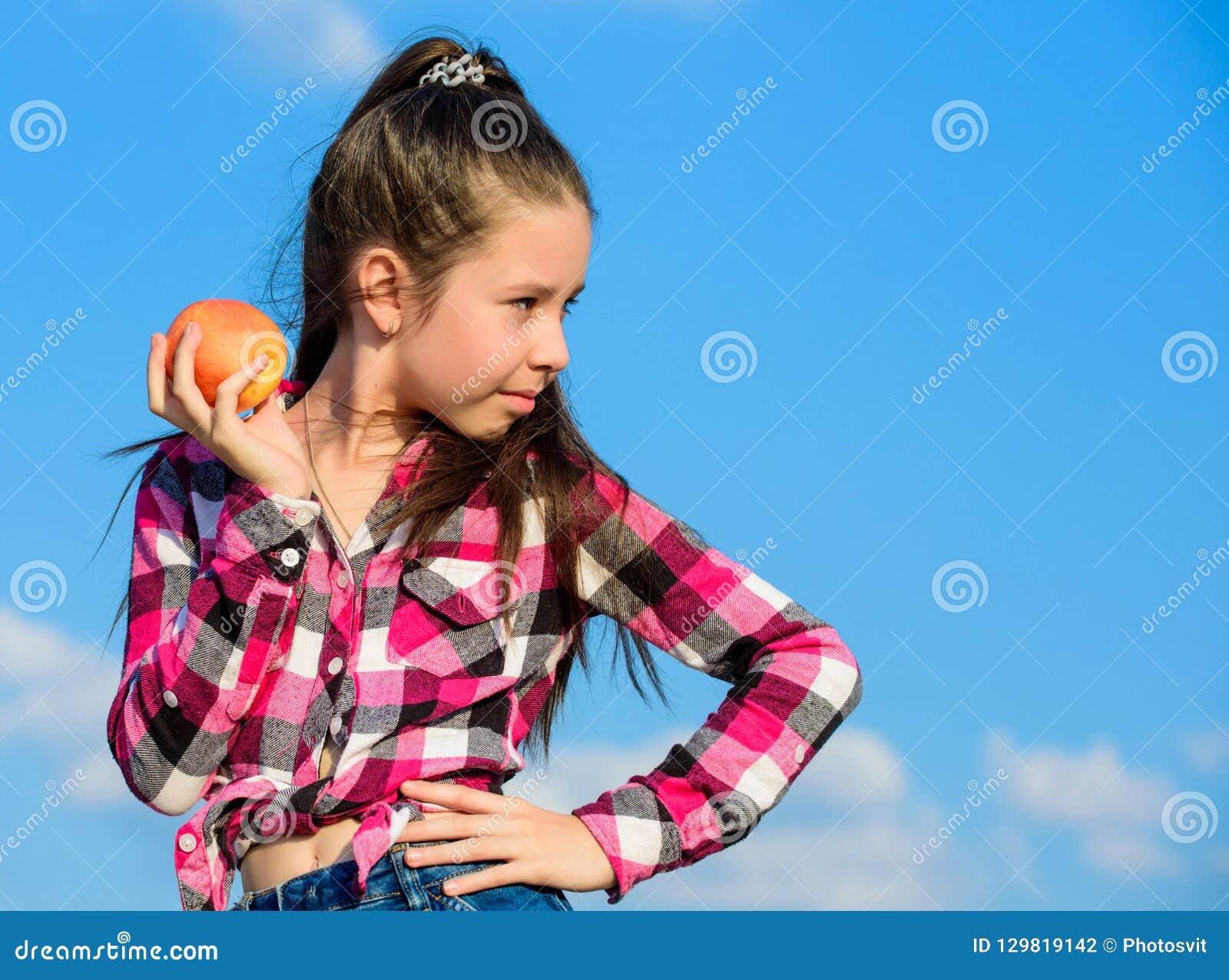 Gesundes Nahrungkonzept Kind essen reife Apfelfallernte Frucht-Vitaminnahrung für Kinder Apple tragen Diät Früchte zicklein