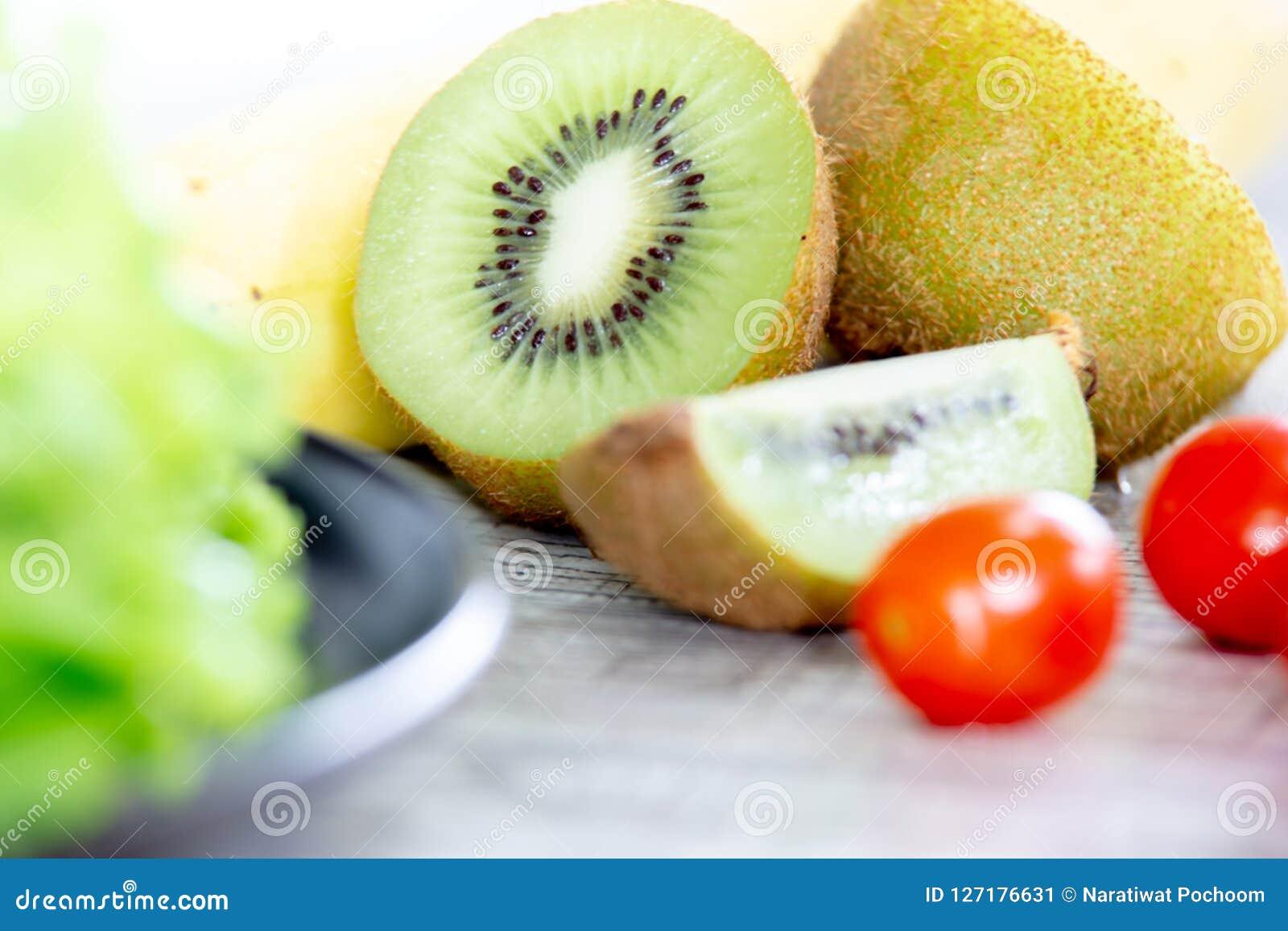 Gesundes und sauberes Lebensmittelmischungsobst und gemüse, Mischung der gesunden Ernährung des Frischgemüsesalats überstiegen au
