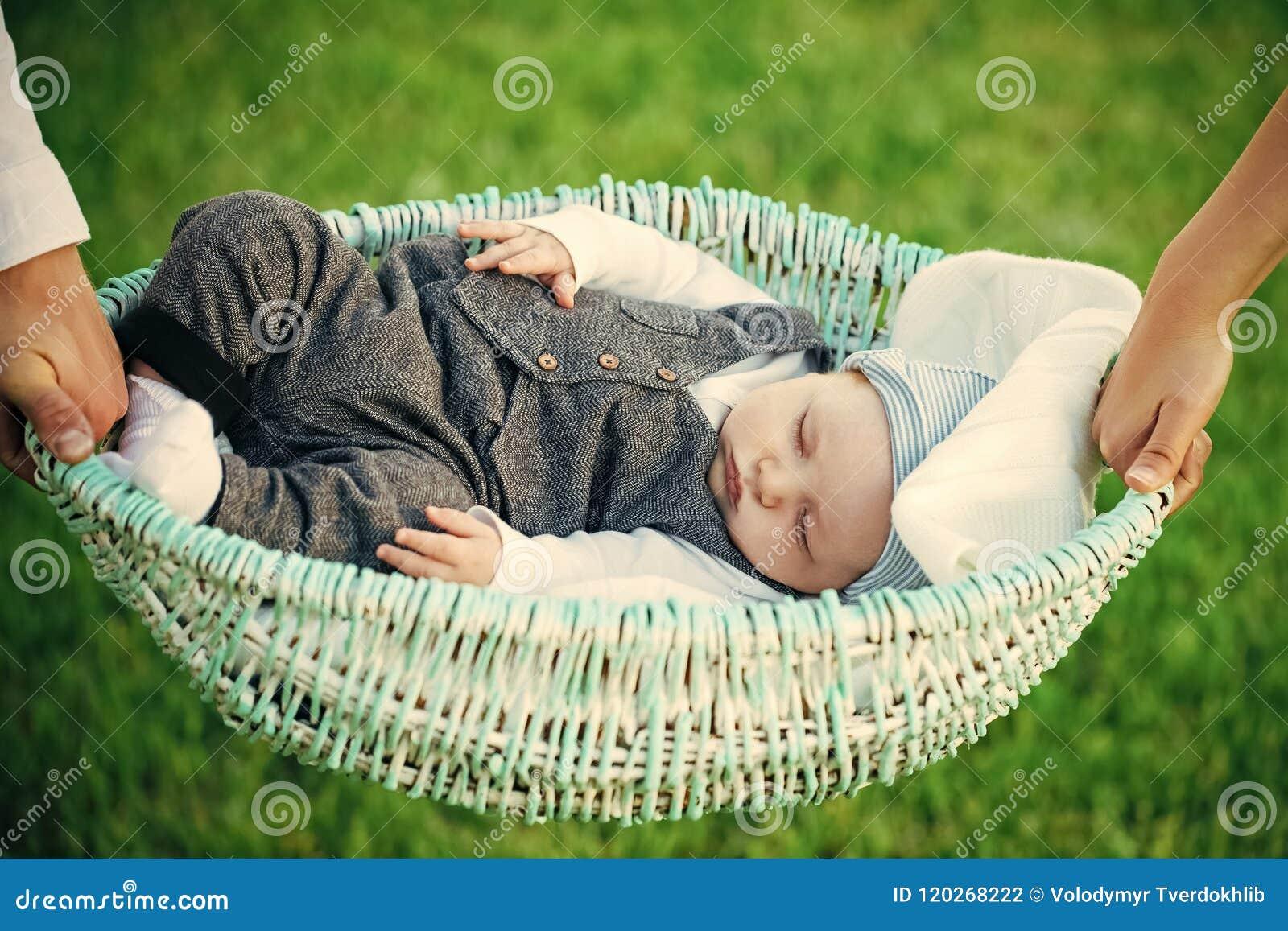 Getrennt auf weißem Hintergrund Babyschlaf in der Krippe gehalten in den Händen