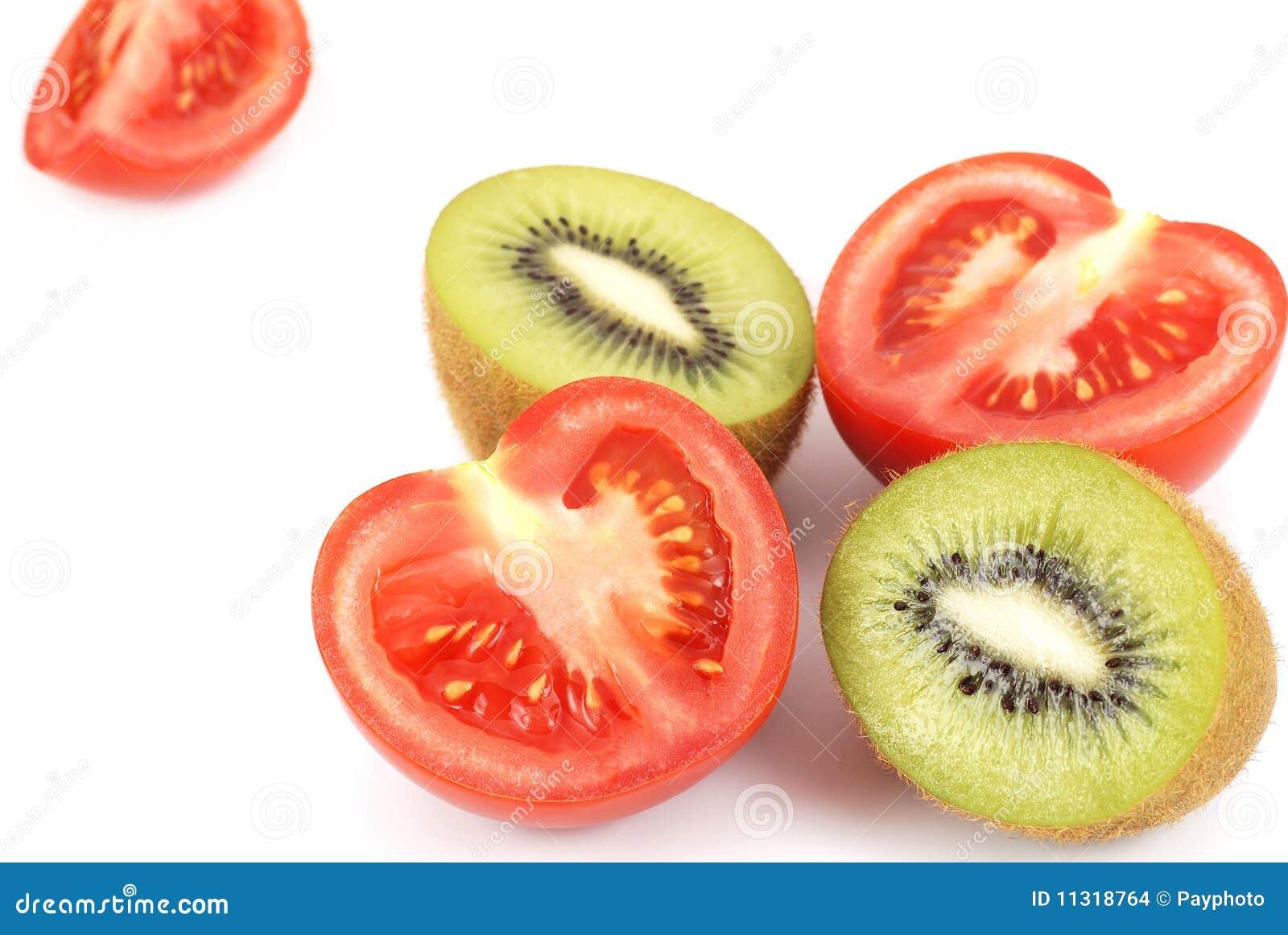 Getrennte Kiwi und Tomate