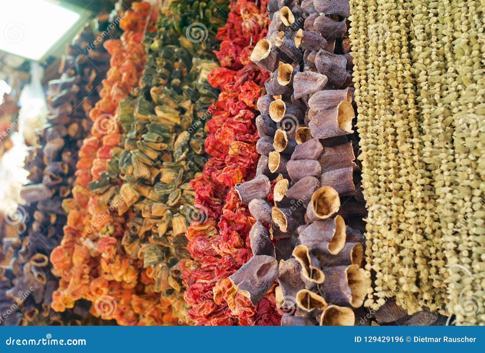 Getrocknete Auberginen, Pfeffer, Tomaten und anderes Trockengemüse, die in einem Basar hängen