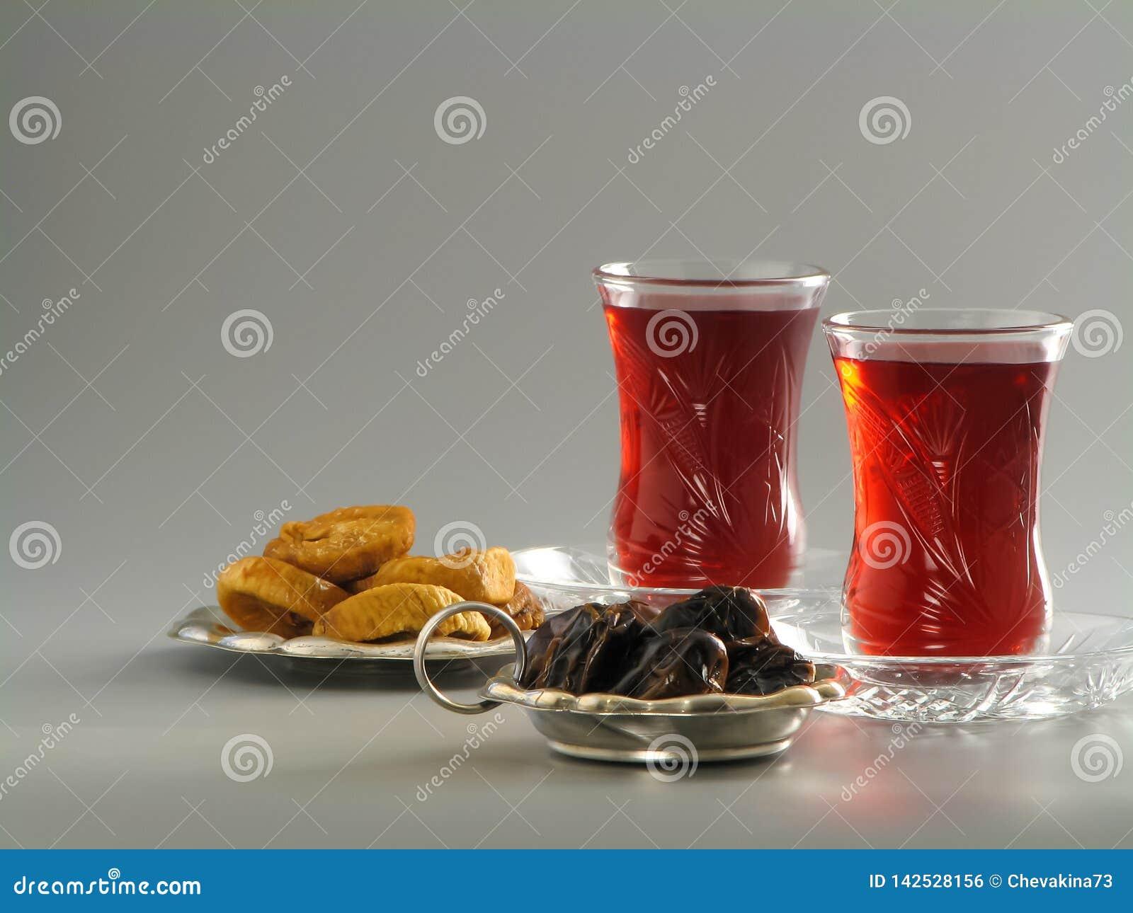 Getrocknete Daten und Feigen, karkade Tee in armudu Gläsern