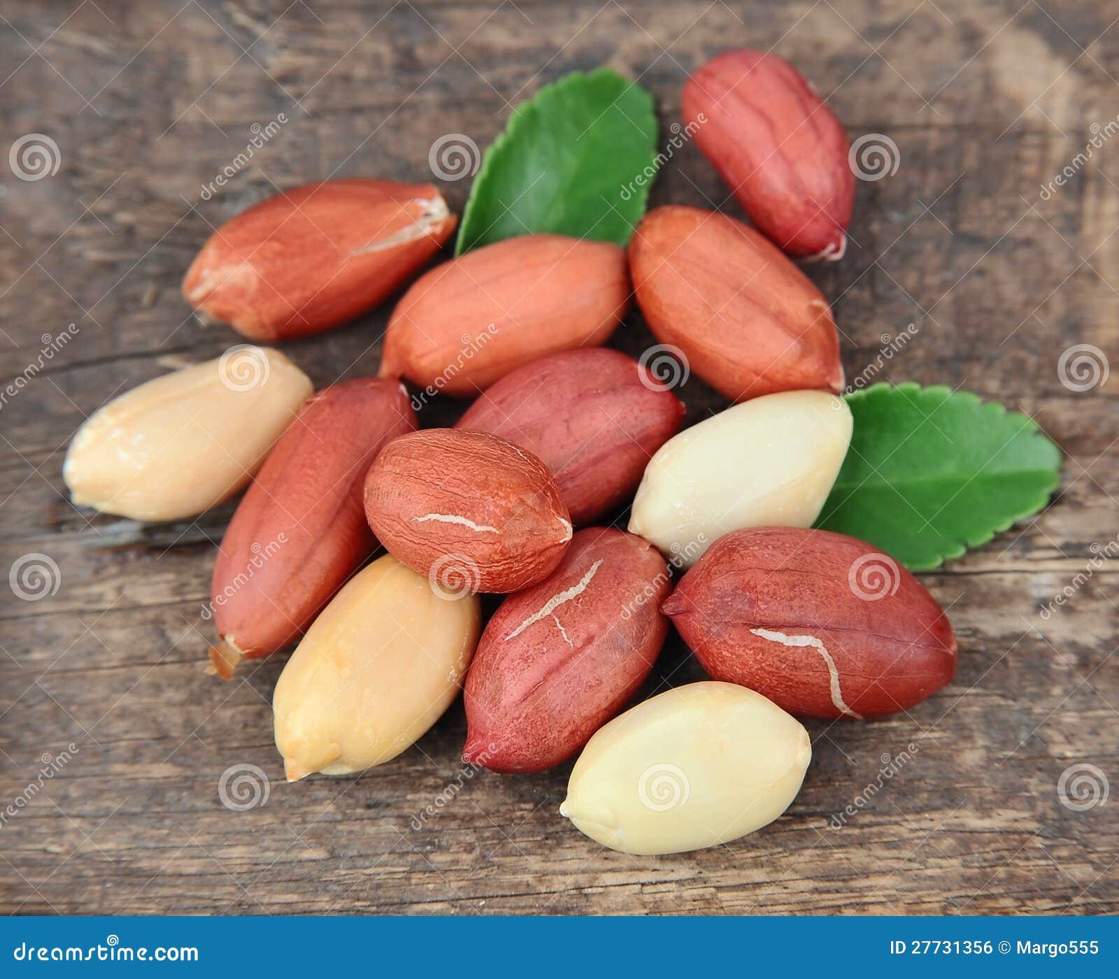 Getrocknete Erdnüsse mit Blättern