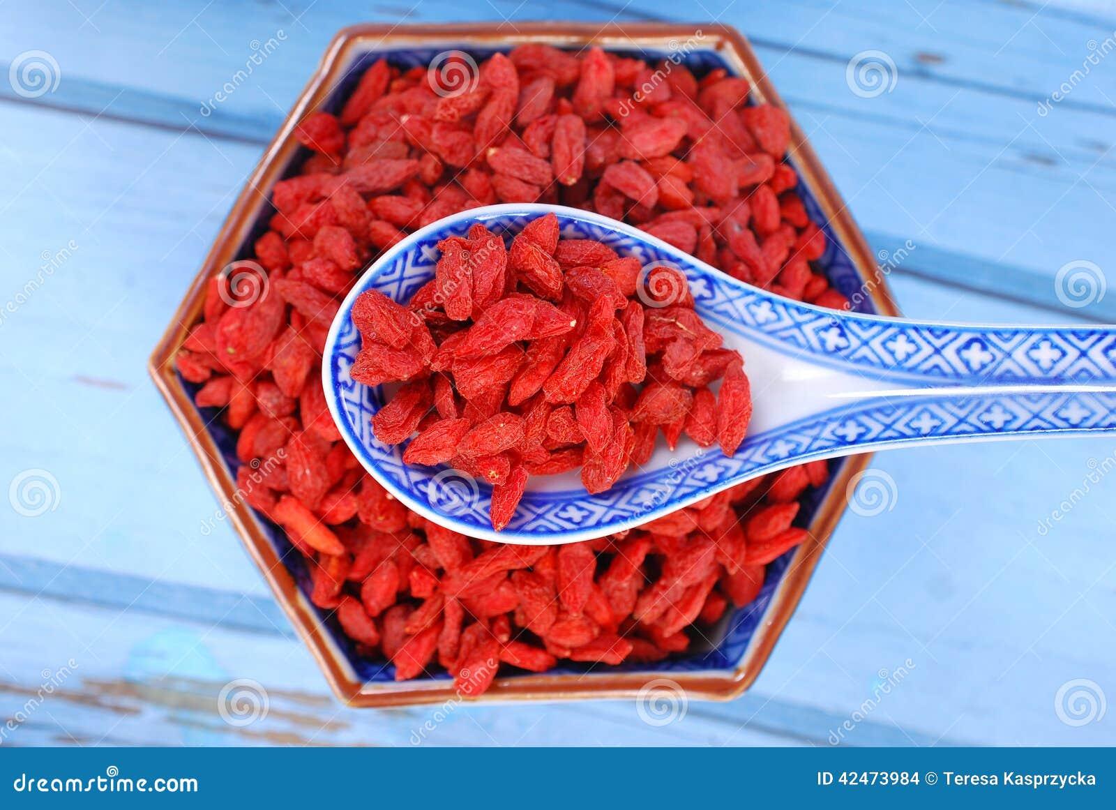 Getrocknete goji Beeren auf chinesischem Löffel und in einer Schüssel
