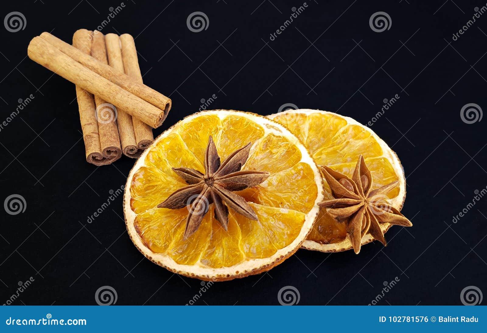 Getrocknete orange Scheiben mit Sternanis und -Zimtstangen