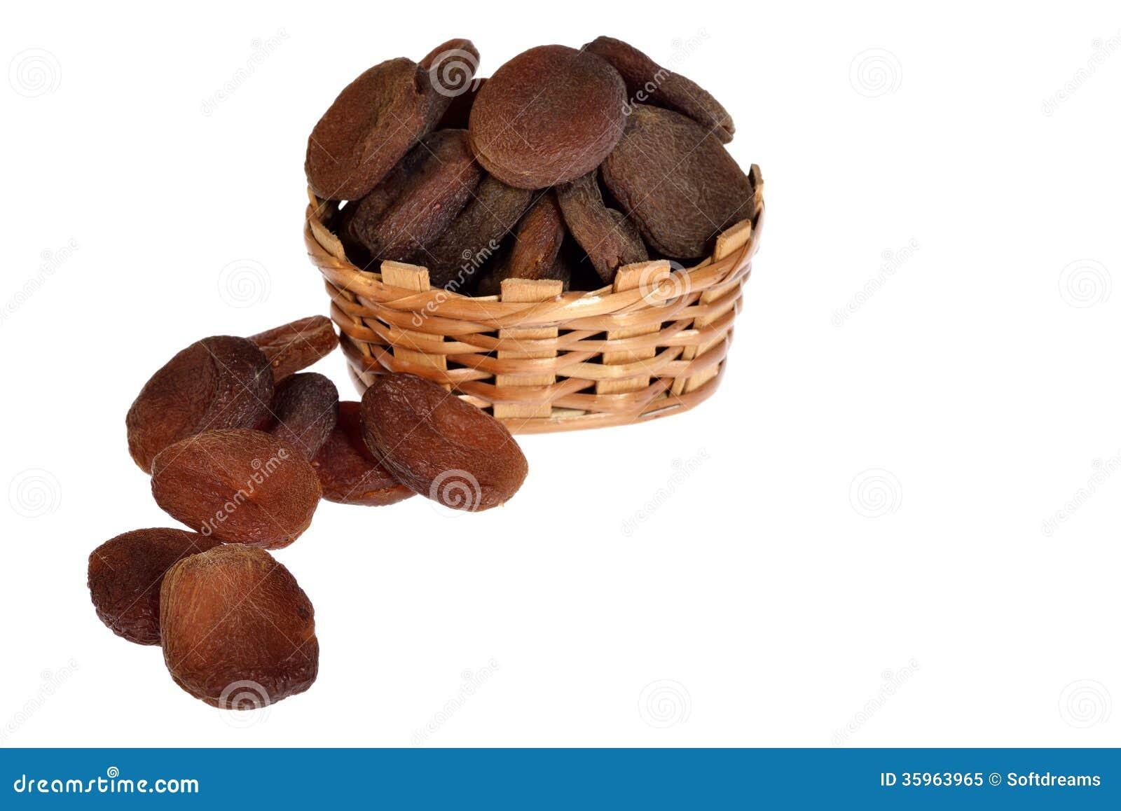 Getrocknete schwarze Aprikosen auf Kasten