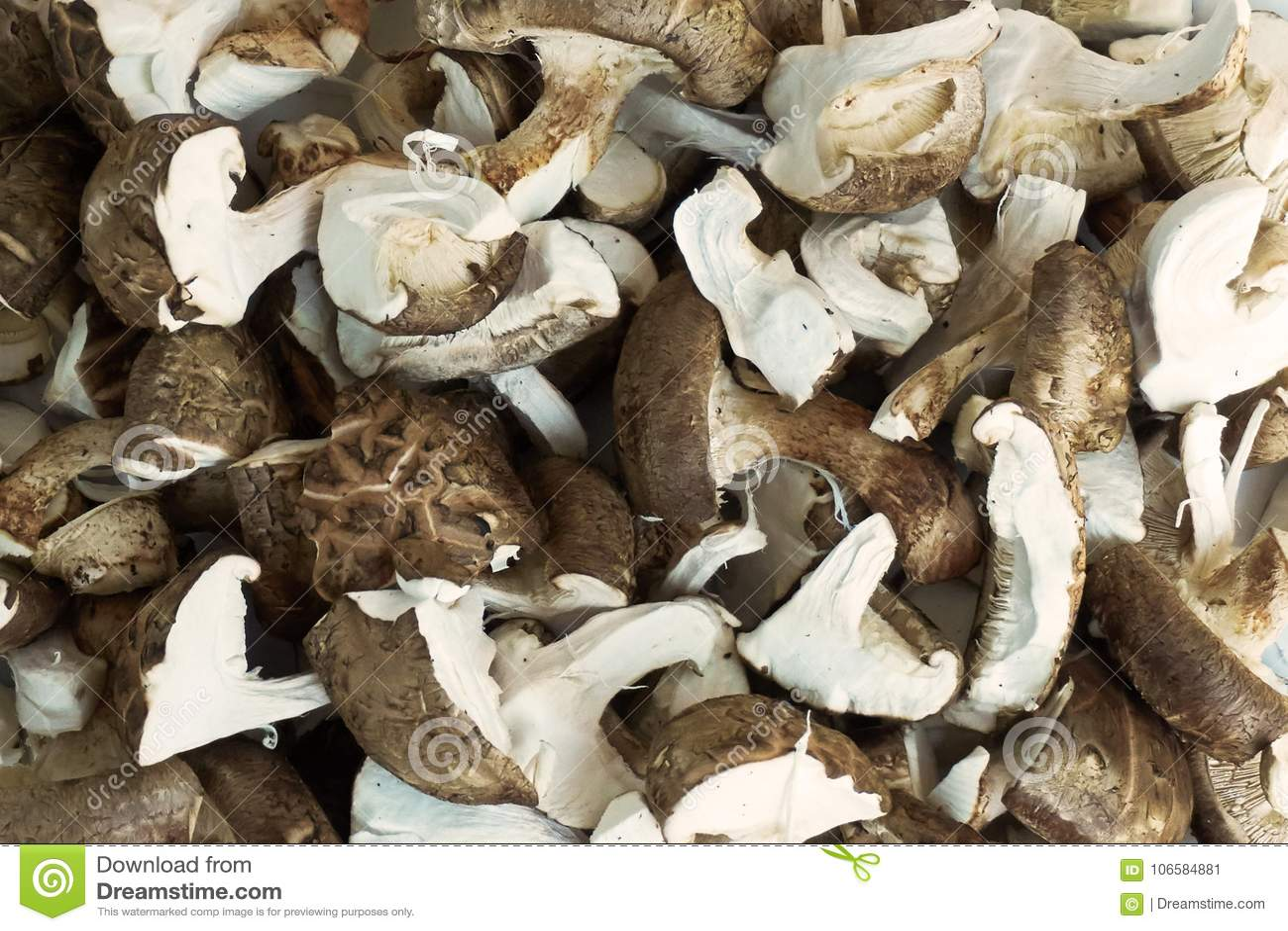 Getrockneter Pilz schneidet Lebensmittelhintergrundbeschaffenheit