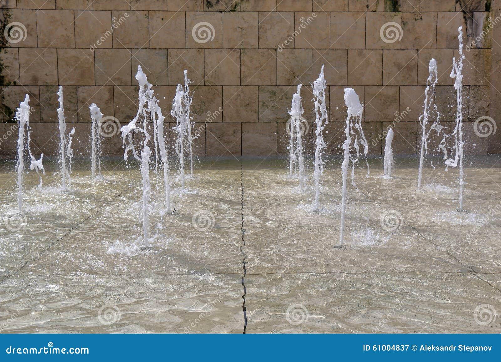 Getti D Acqua Fontane.Getti Verticali Di Acqua In Fontana Immagine Stock