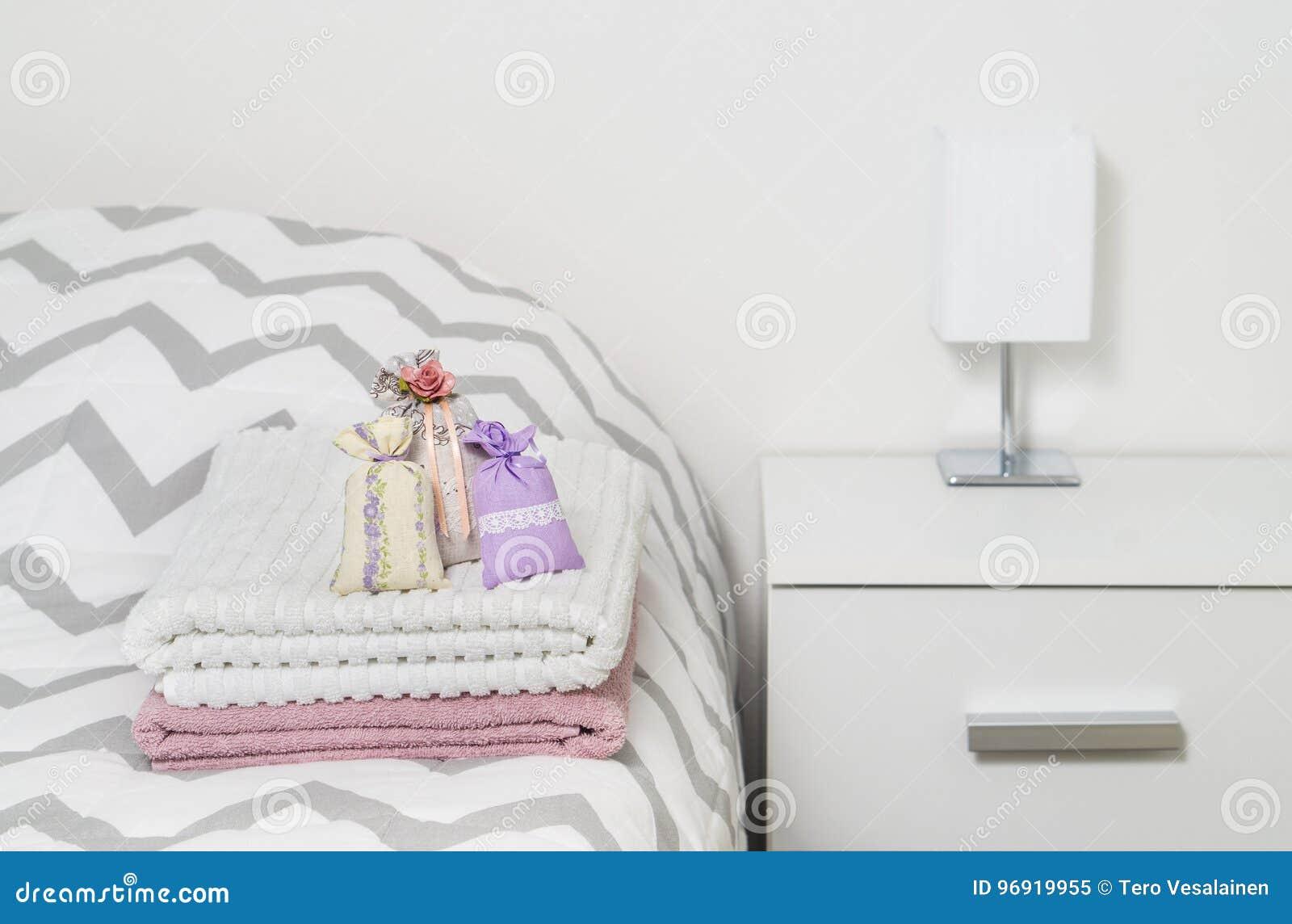 geurzakken op handdoeken op bed droge lavendel in decoratiezakken in slaapkamer geurige sachets voor comfortabel huis