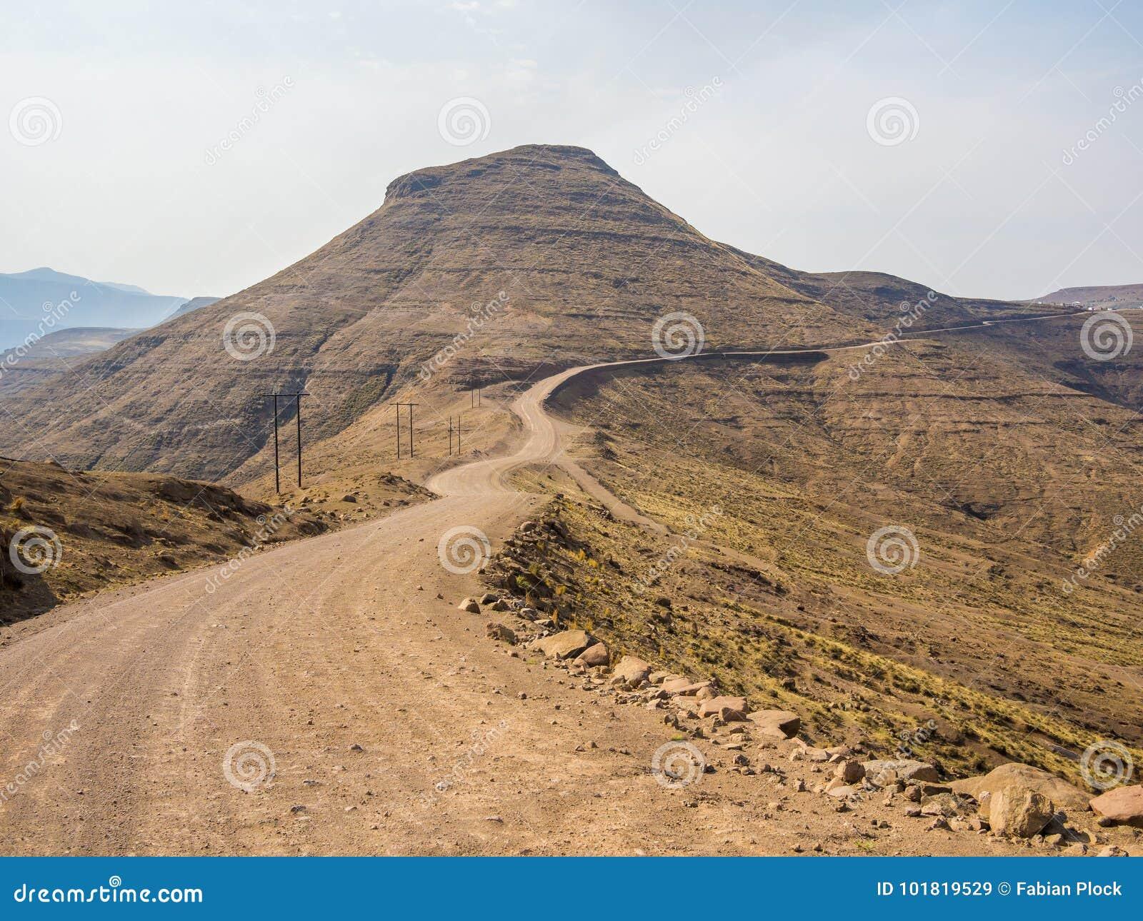 Gevaarlijke en curvy berglandweg met steile daling aan de vallei, Lesotho, Zuid-Afrika