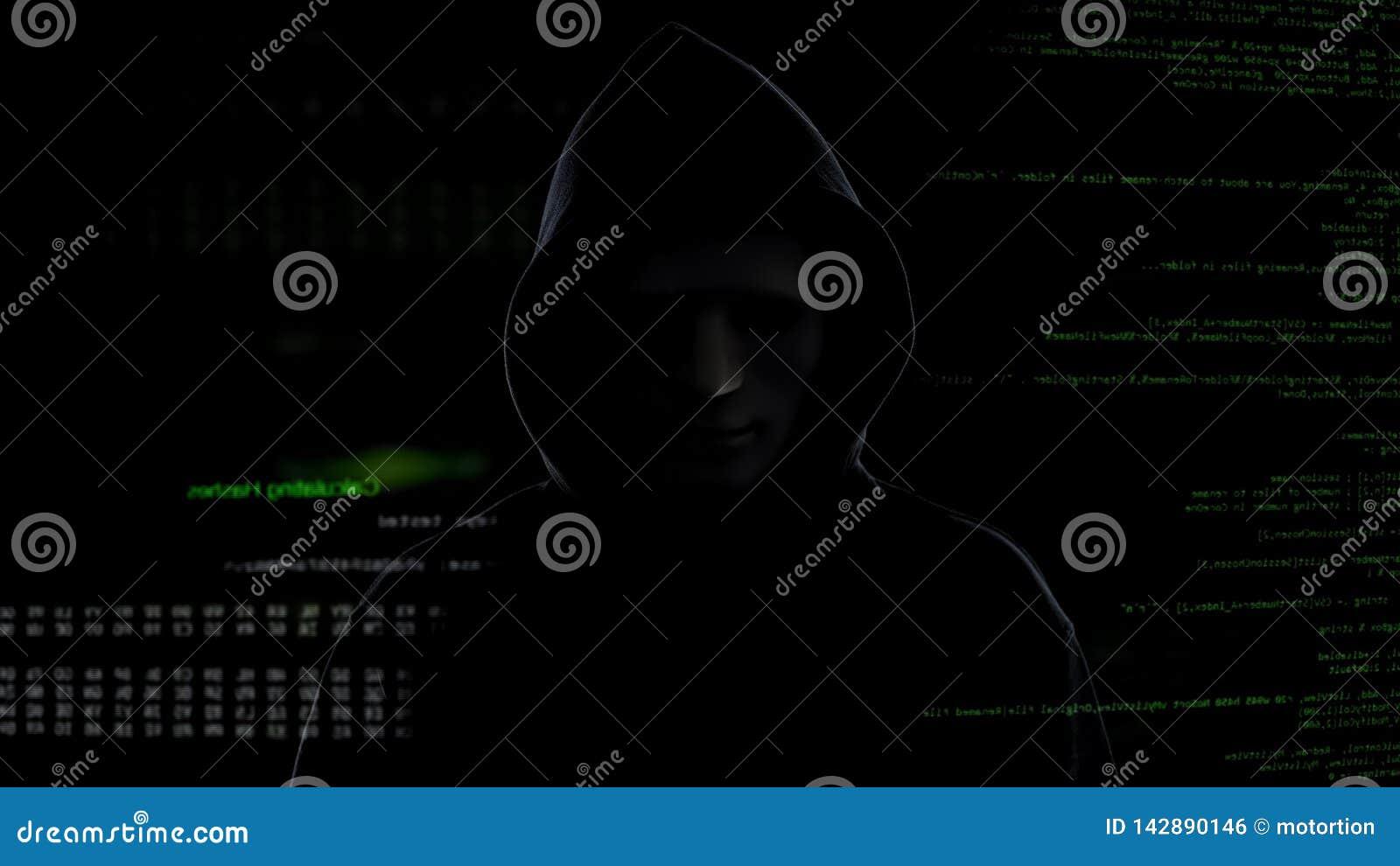 Gevaarlijke hakker in masker en zwarte kap, cyber terrorisme en het binnendringen in een beveiligd computersysteem concept