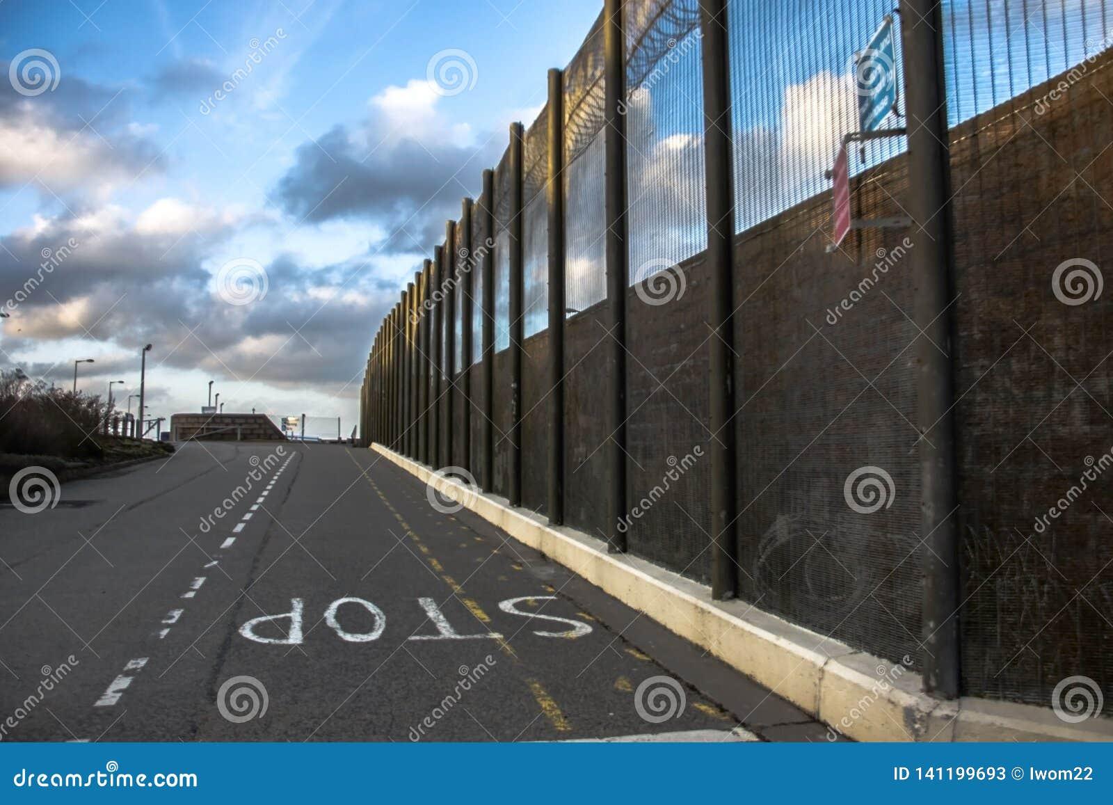 Gevangenismuren en veiligheidsomheining Peterhead, Schotland